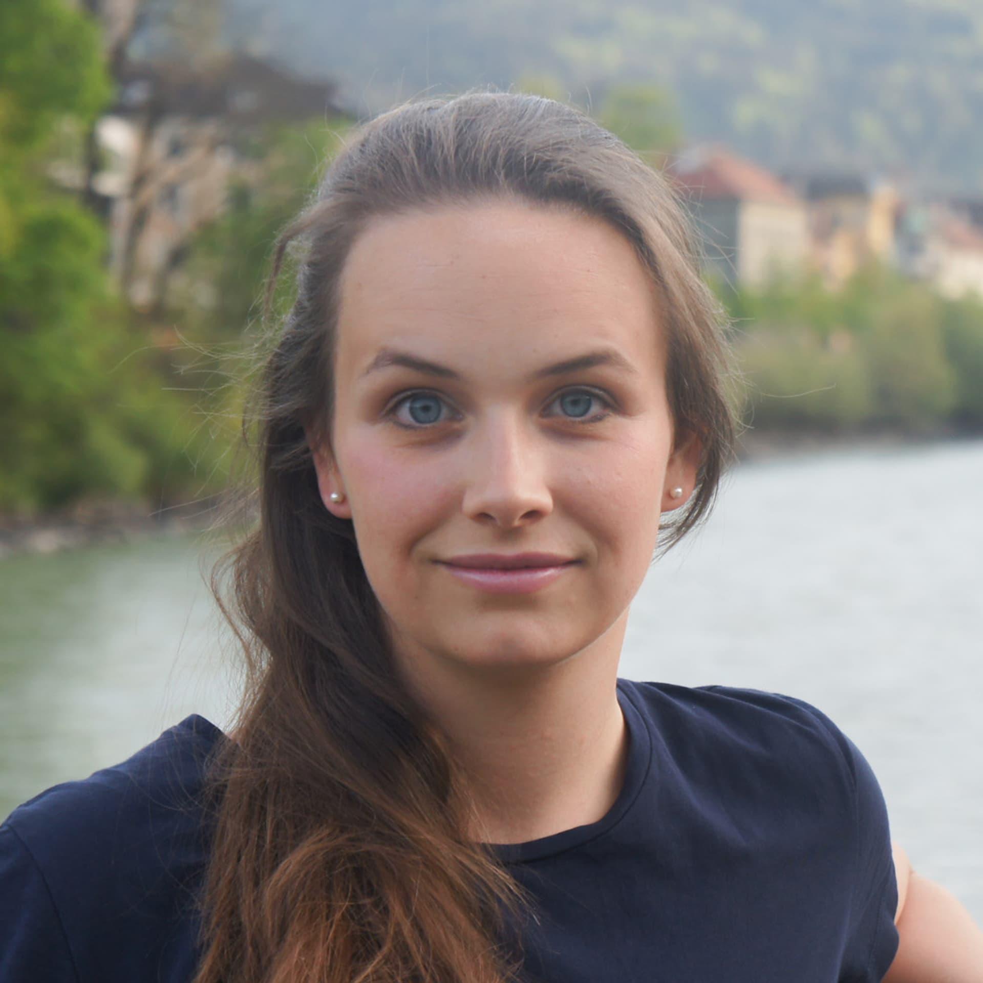 Eine braunhaarige Frau mit blauen Augen