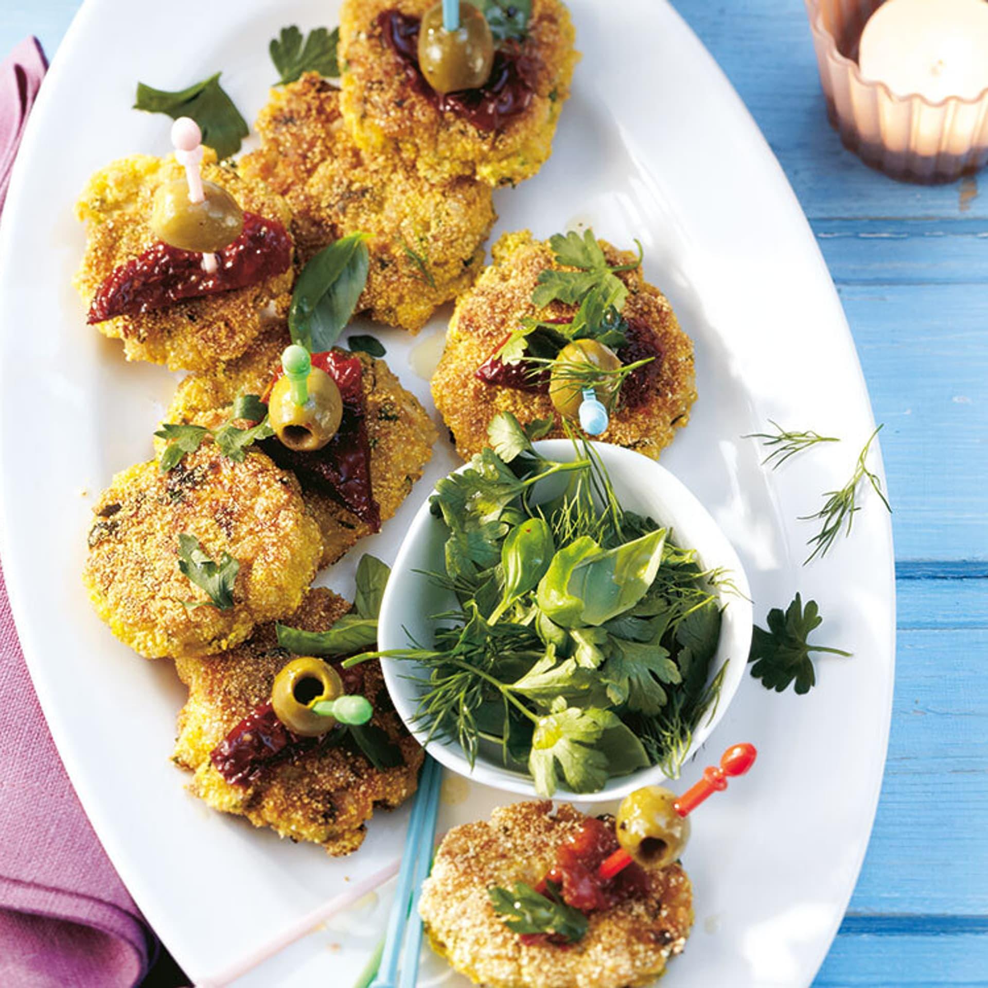 EIn Teller mit gebraten Reisküchlein und Kräutern