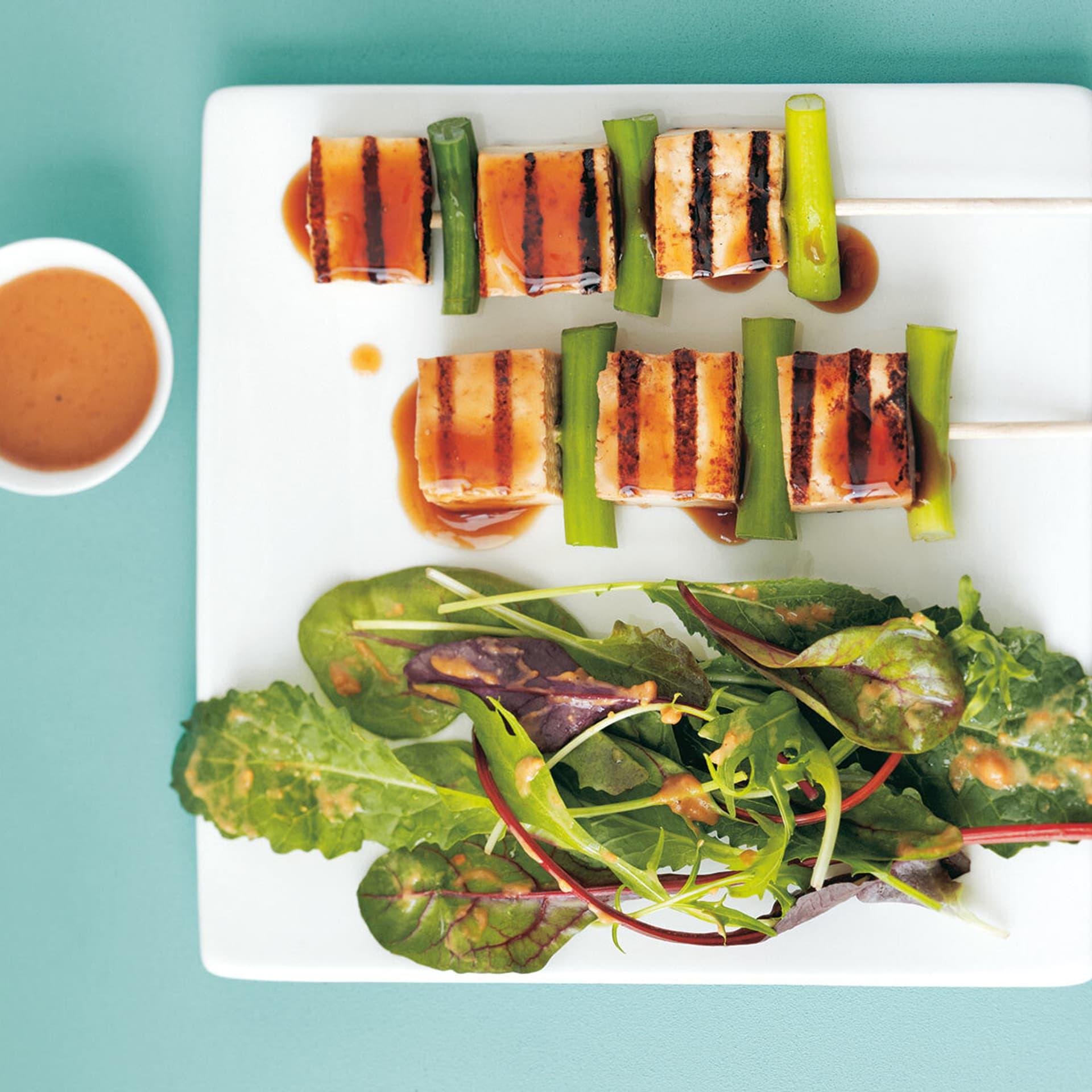 Gegrillte Tofuspieße mit Salat und Dip