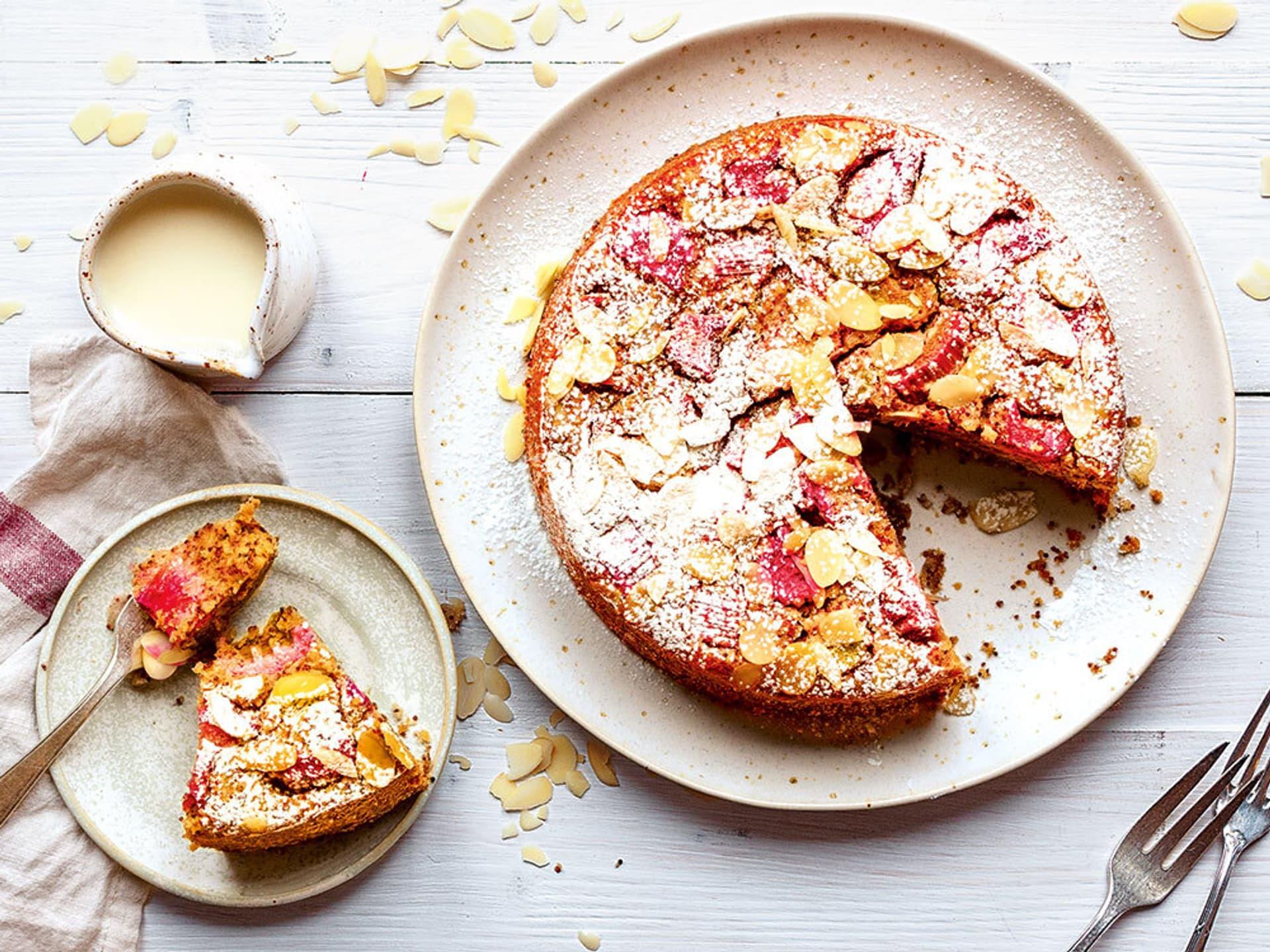 Ein Kuchen mit Mandelblättern und Rhabarber