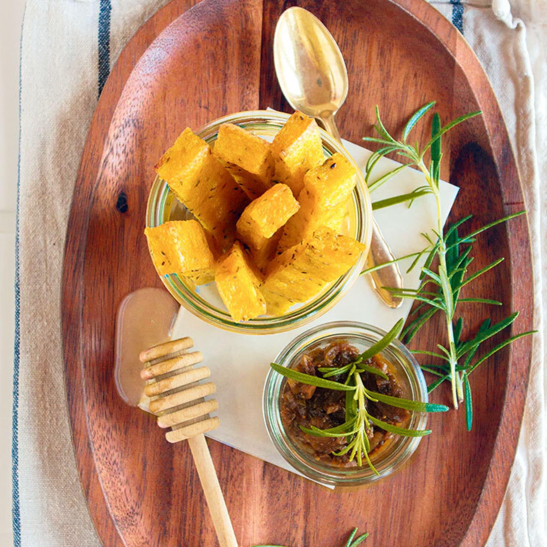 Rosmarin polentasticks mit feigen zwiebelchutney