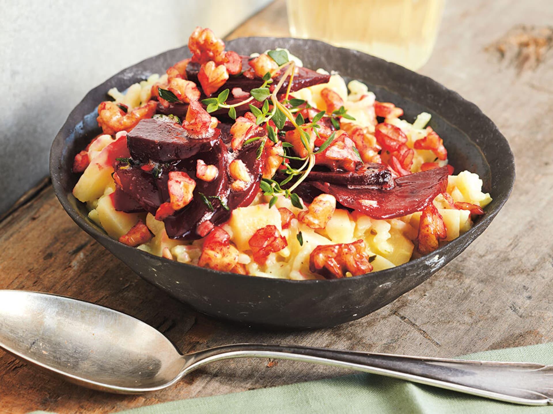 Rote bete walnuss gemuese auf pastinaken risotto
