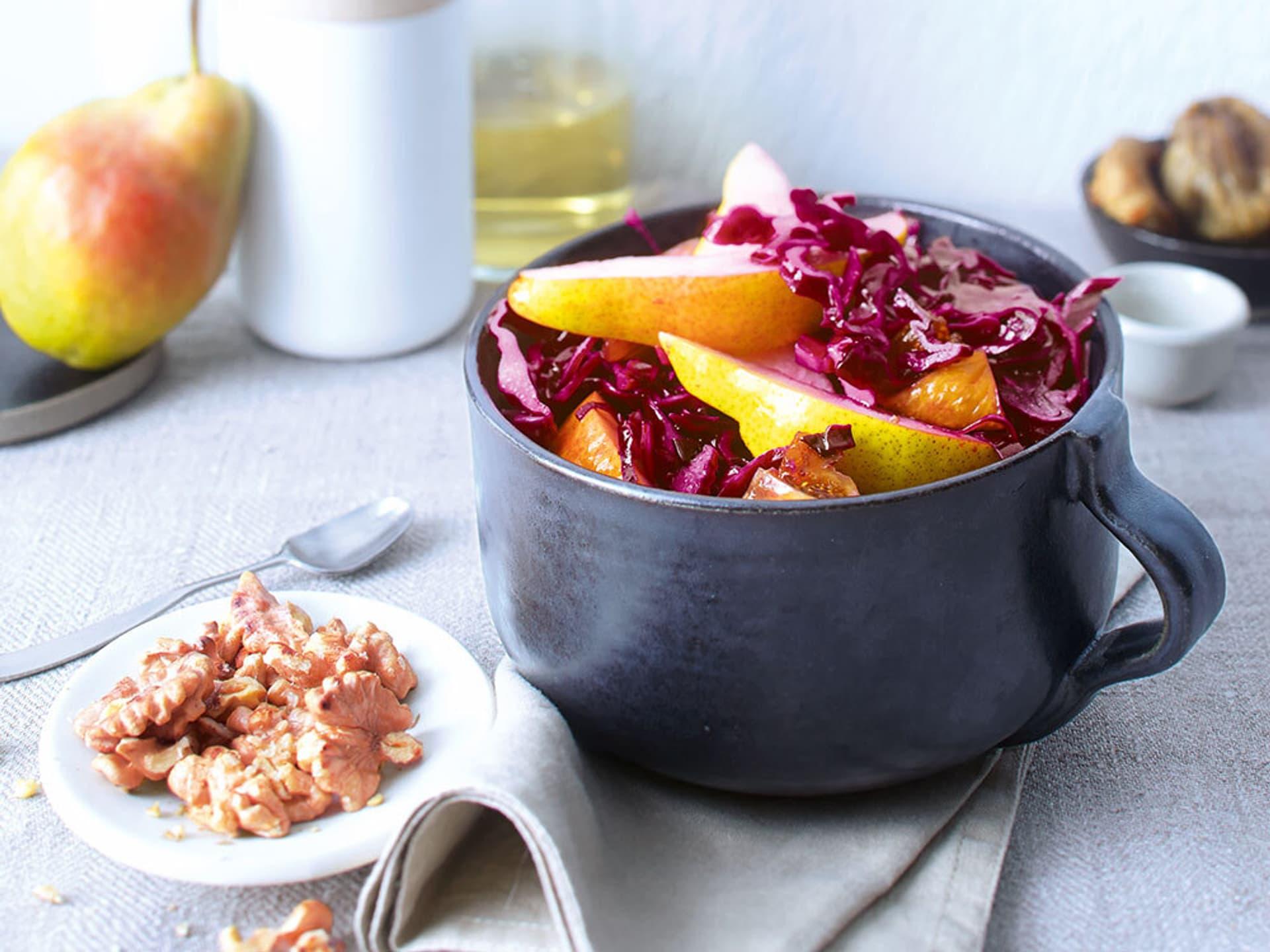 Rotkohlsalat mit Birne und Walnüssen