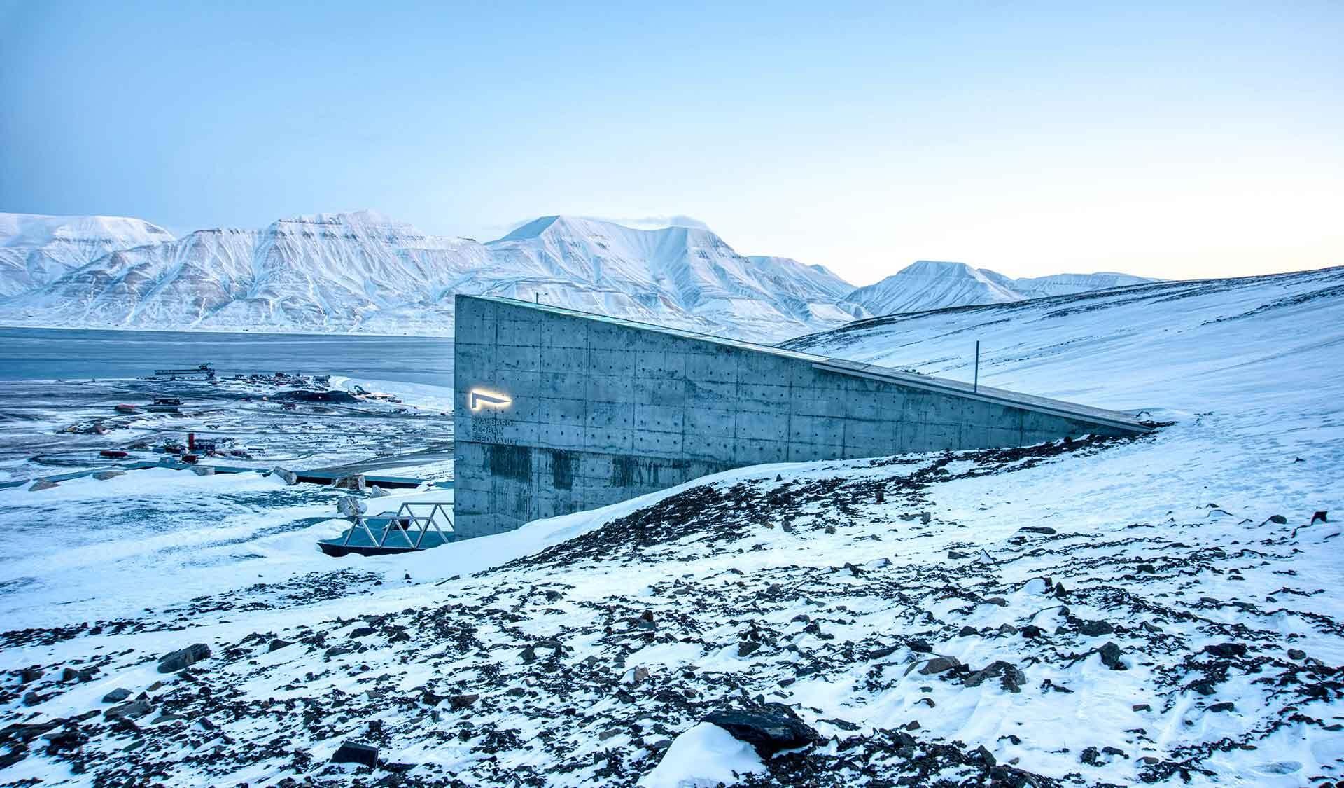Gebäude ragt aus einem Berg auf Spitzbergen