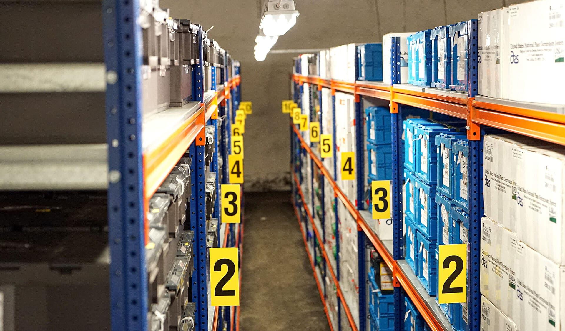 Blick in einen Raum mit Regaln voll Boxen