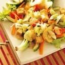 Salat mit kokossosse chips und tofu