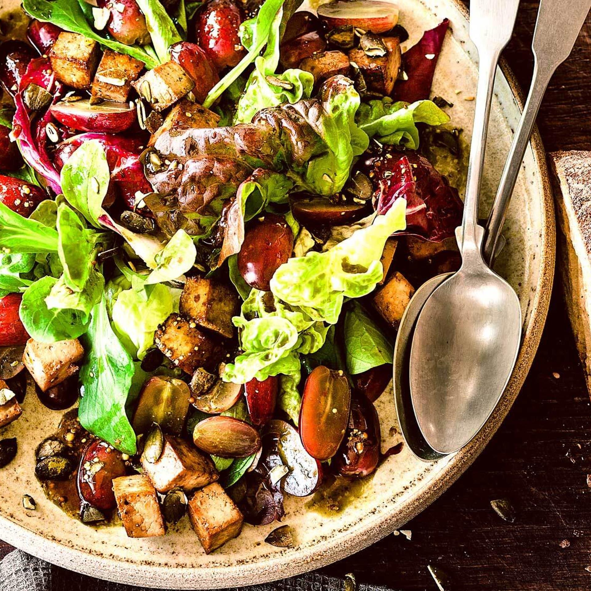 Salat mit Tofu und Trauben