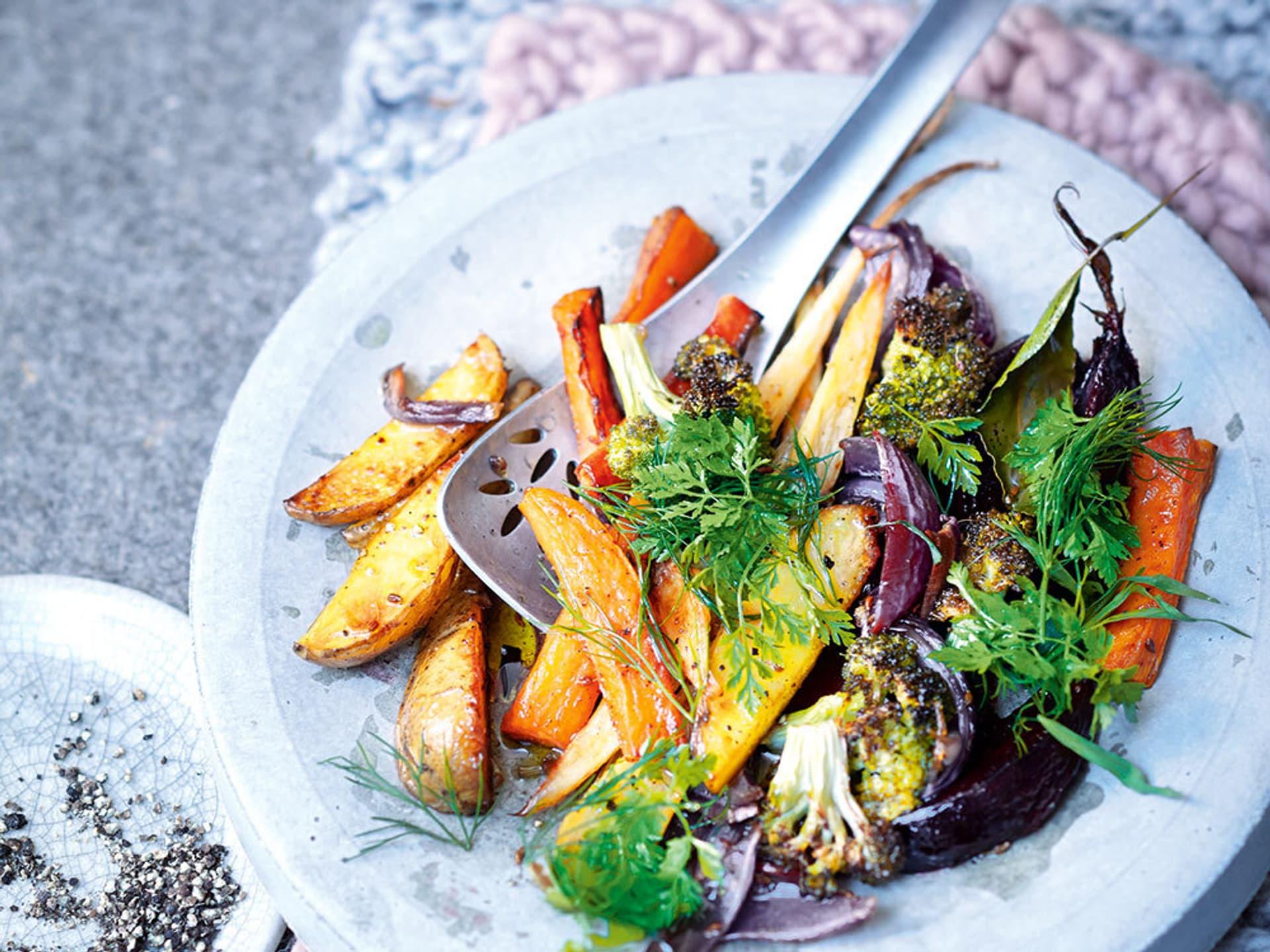 Salat von ofengemuese und frischen kraeutern