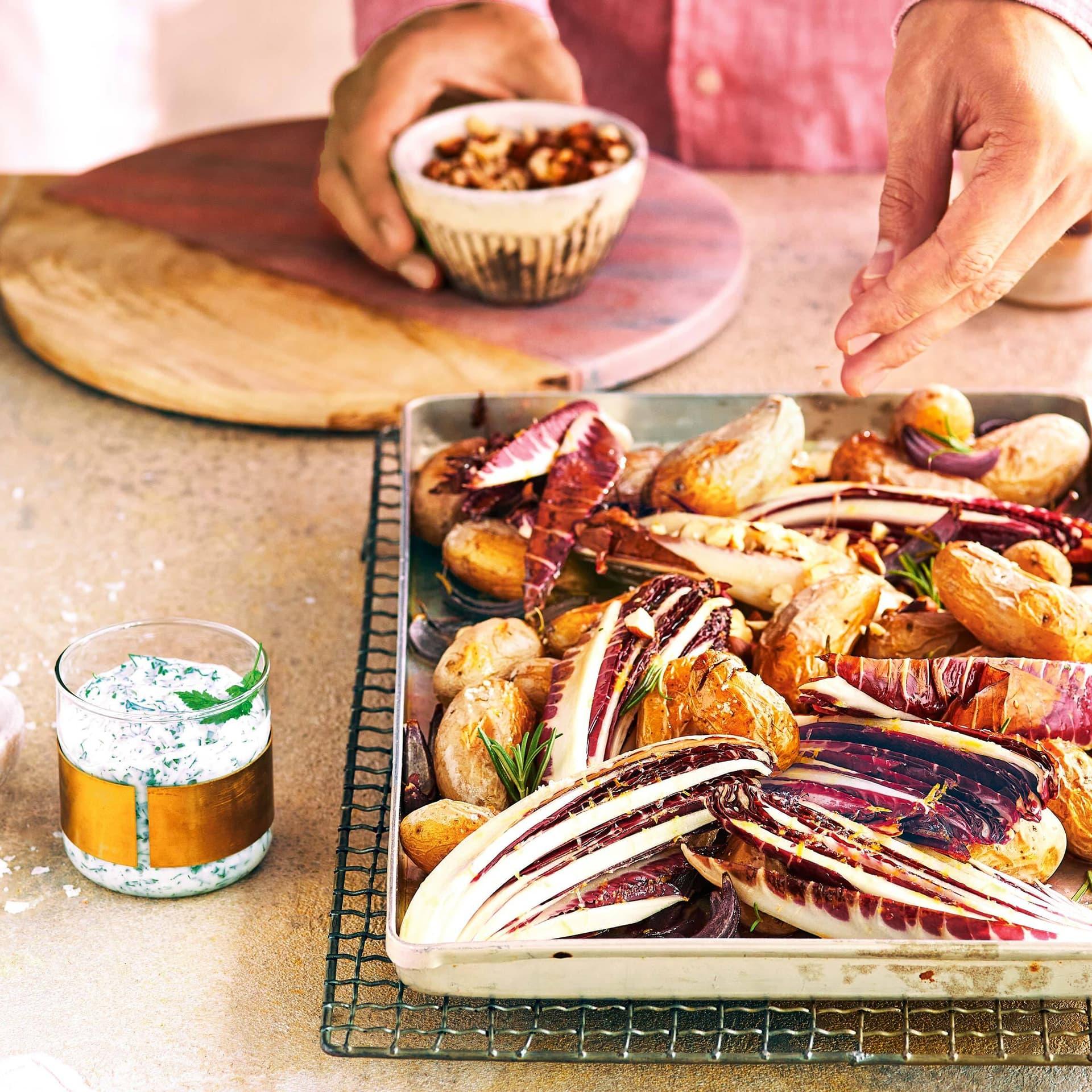 Blech mit Radiccio-Vierteln und Kartoffeln