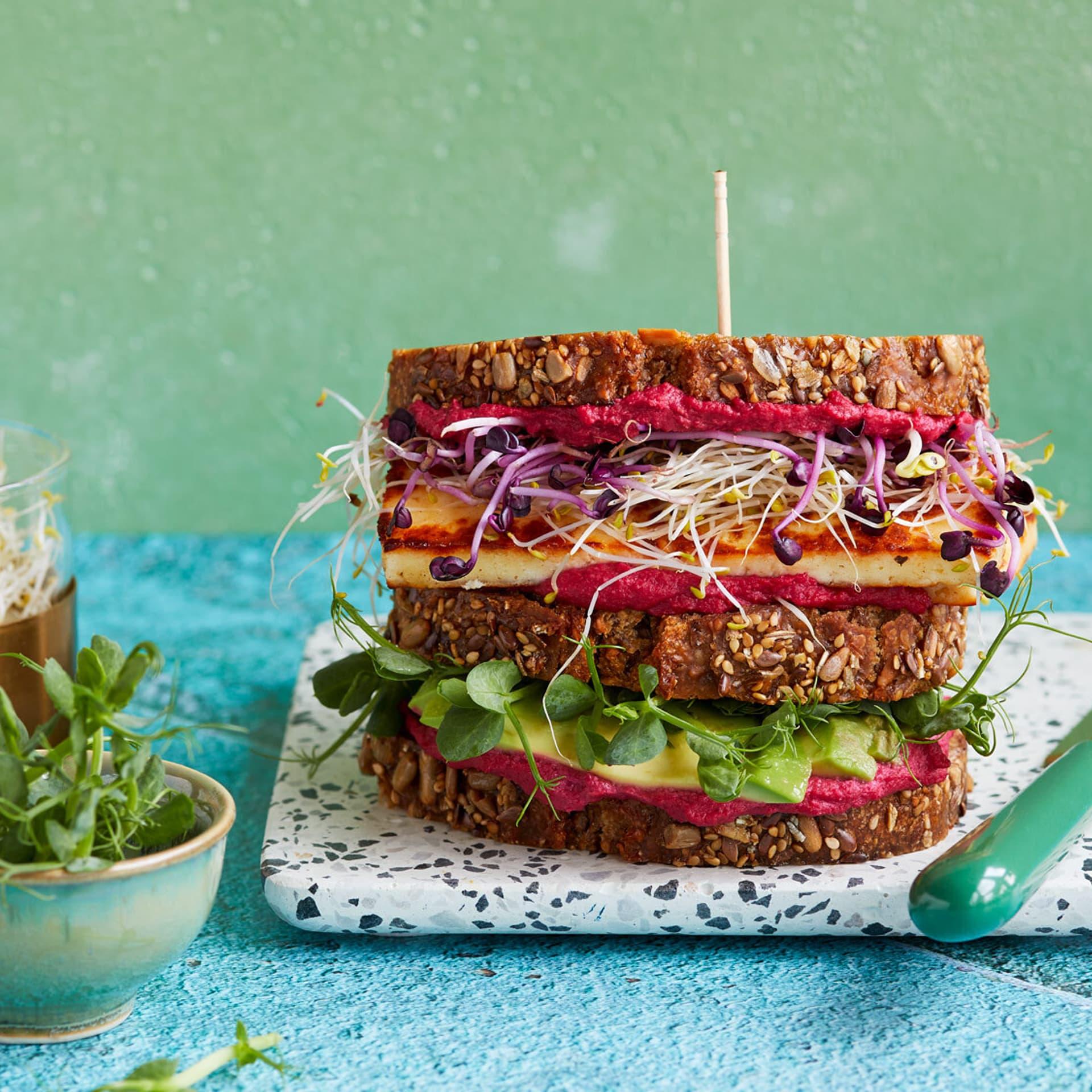 Sandwich mit rotem Hummus