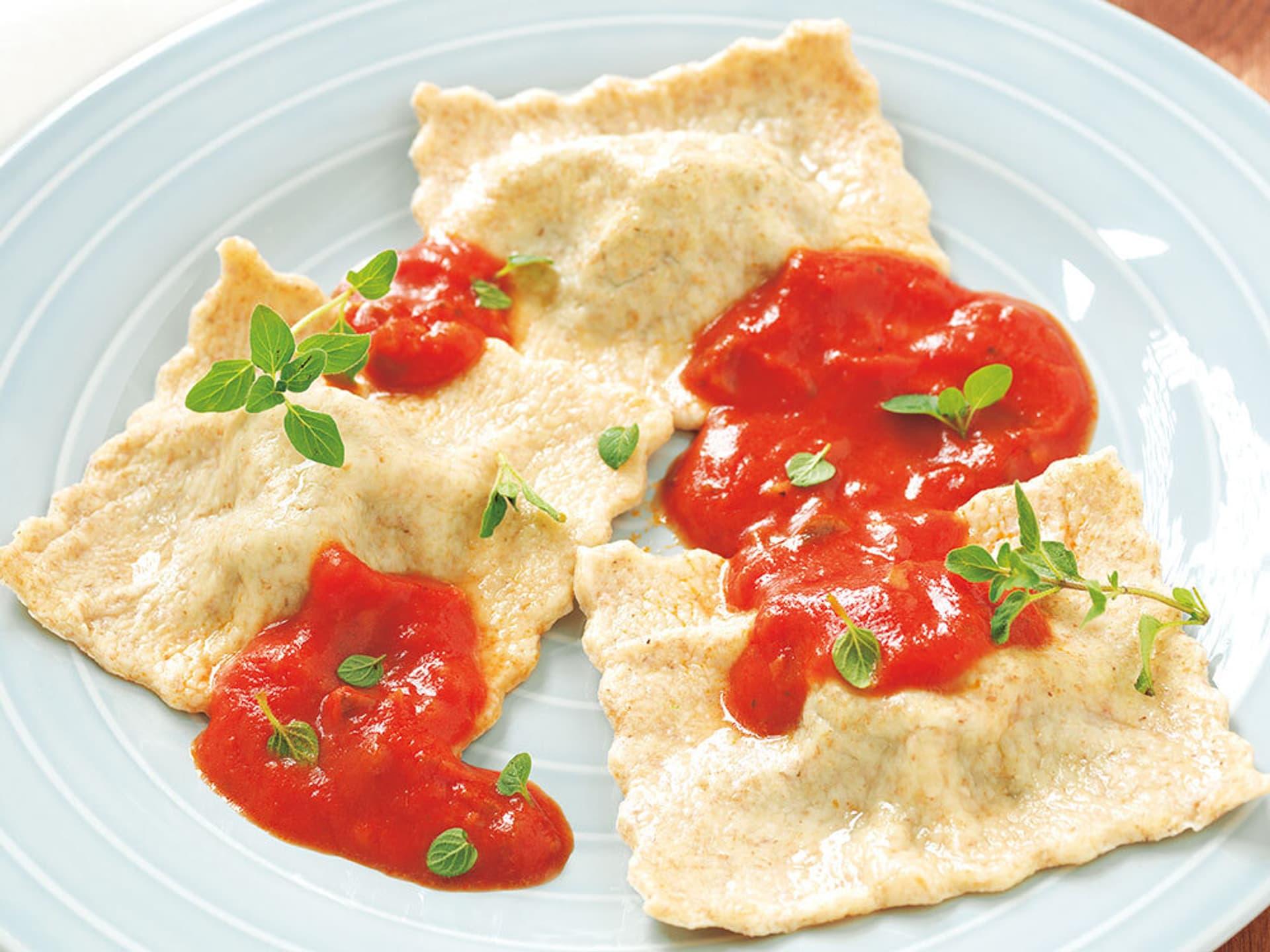 Schwaebische spinat maultaschen in tomatensauce