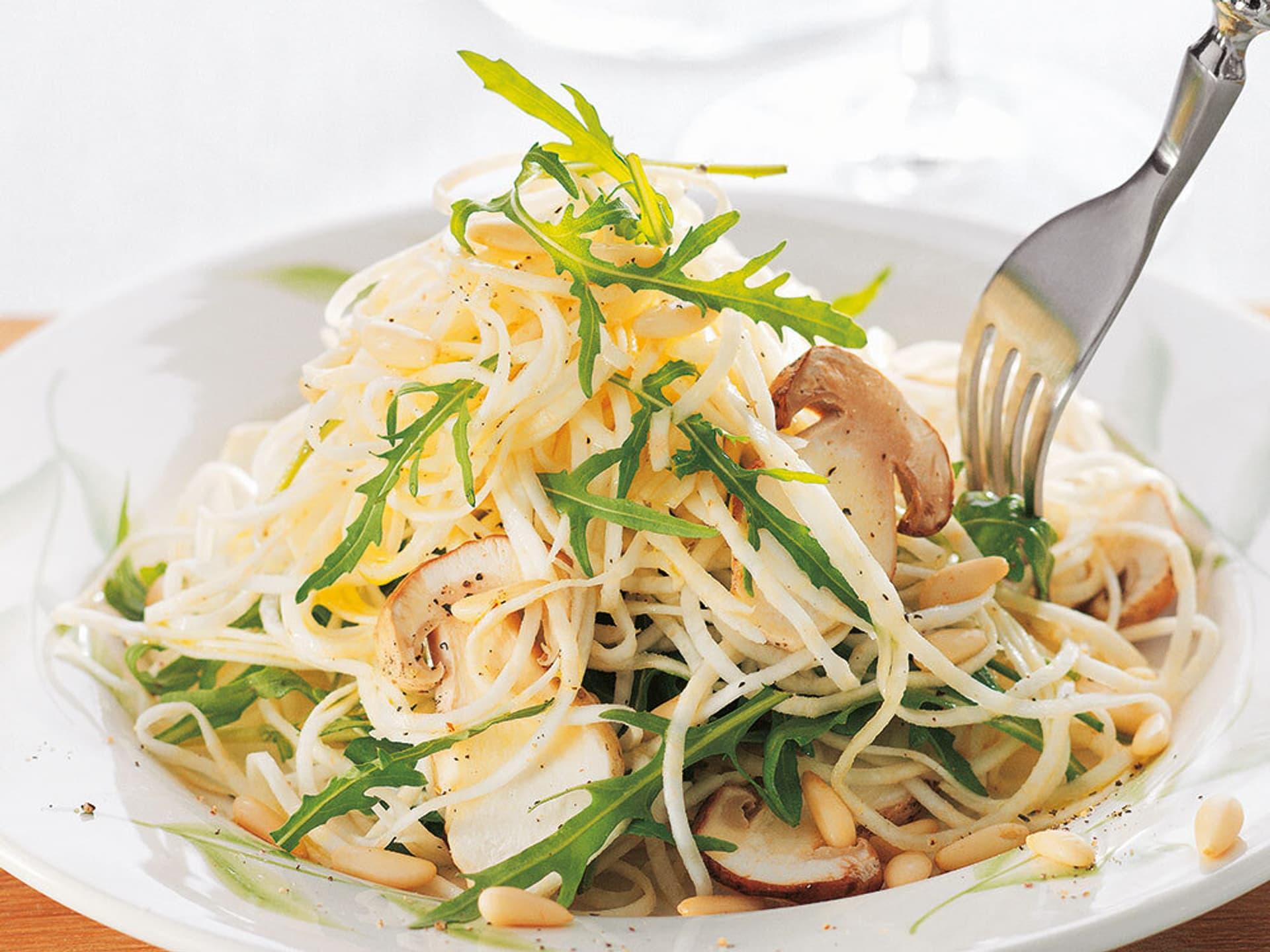 Sellerie spaghetti mit steinpilzen und rucola