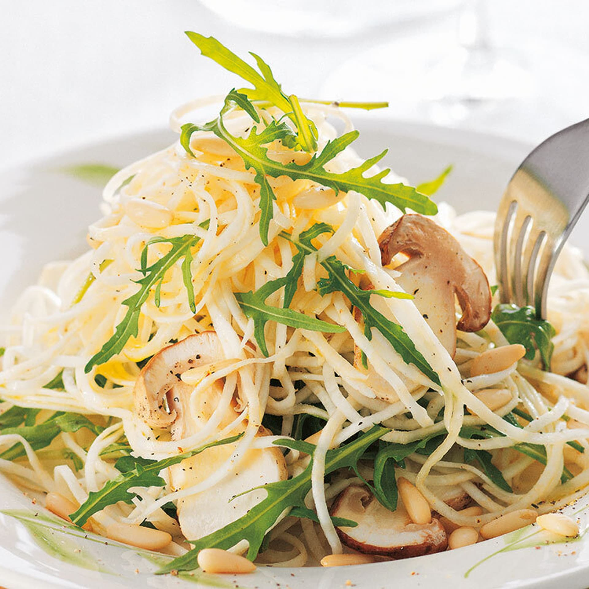 Sellerie-Spaghetti mit Steinpilzen und Rucola