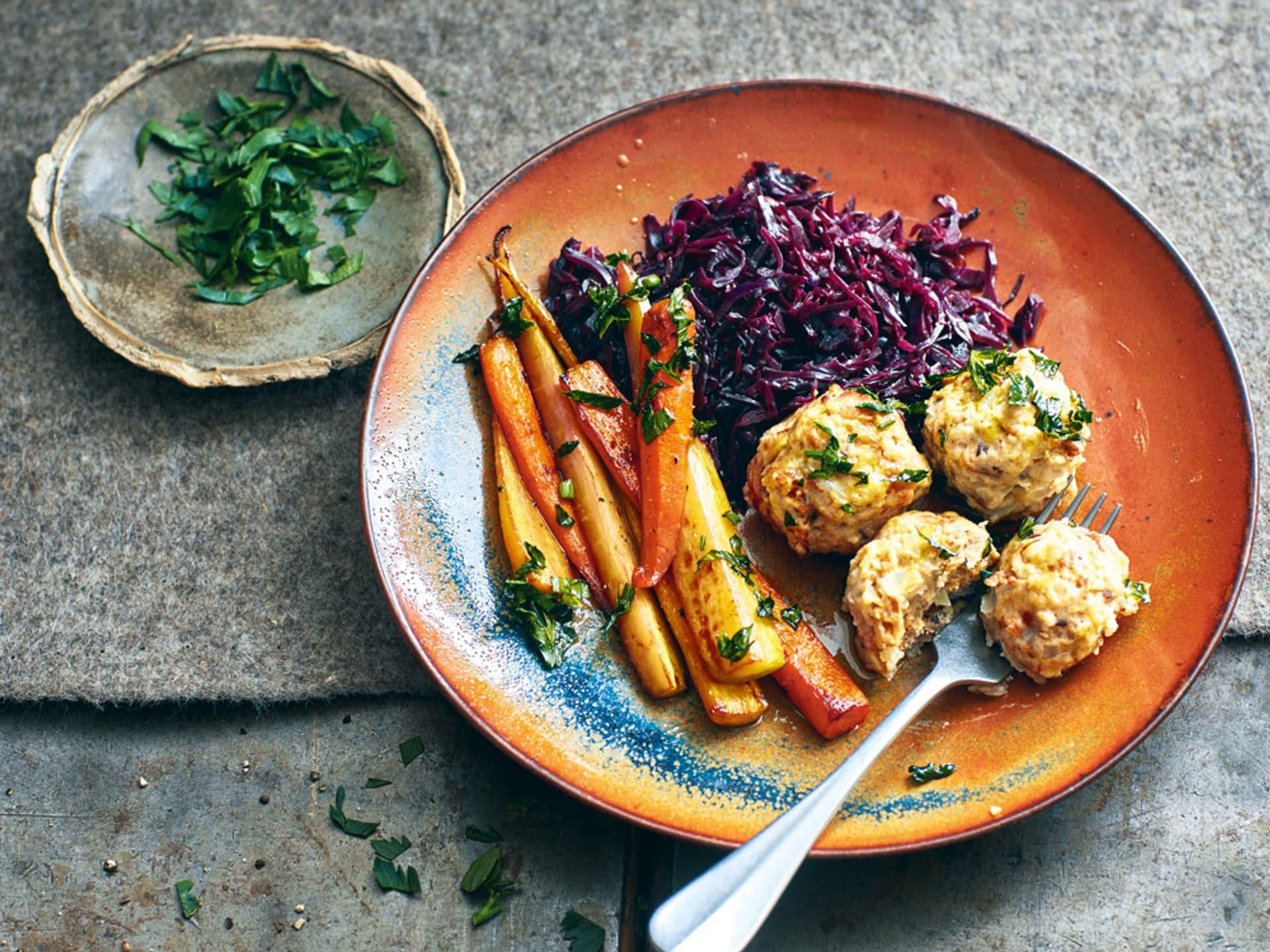 Semmelknödel mit Schmorkraut und bunten Karotten