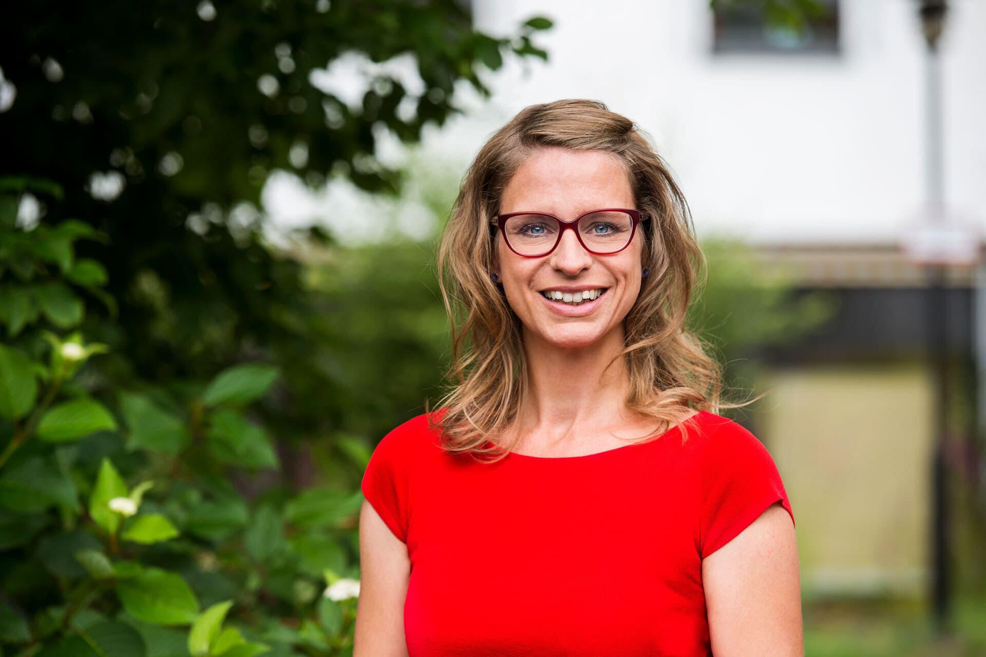 Eine junge Frau mit roter Brille und rotem Oberteil: Stephanie Silber