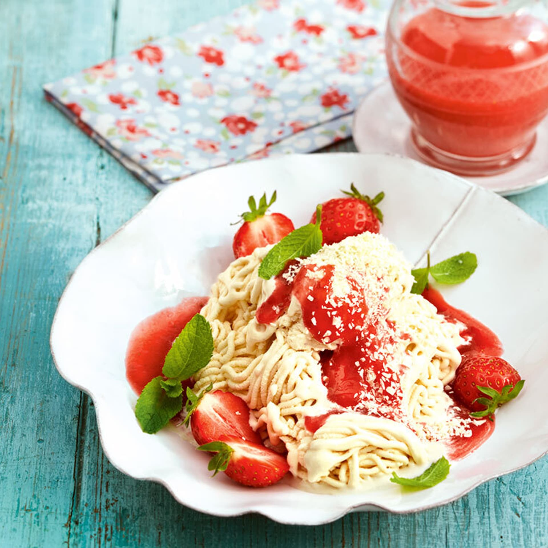 Spaghetti eis mit erdbeersauce