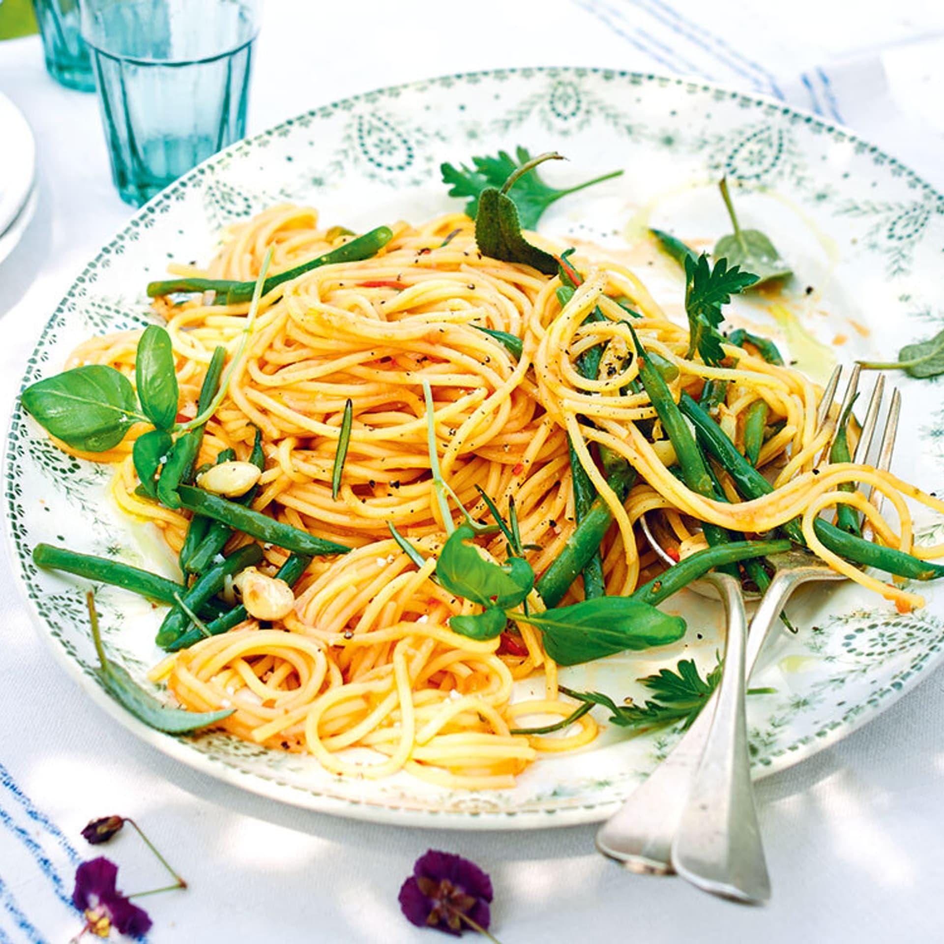 Spaghetti in Tomatensauce mit gruenen Bohnen