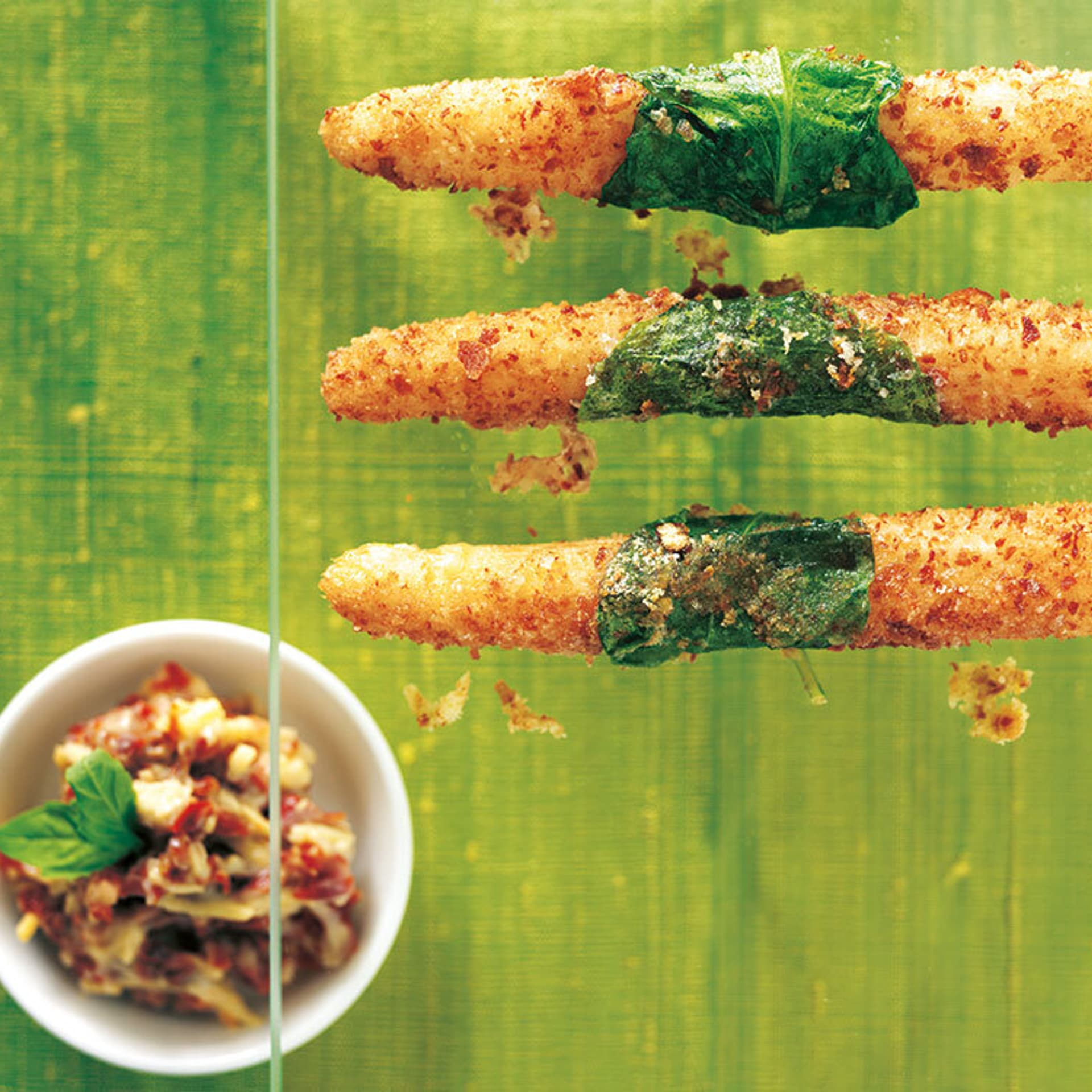 Spargel in Brezelbrösel mit Käse-Dip