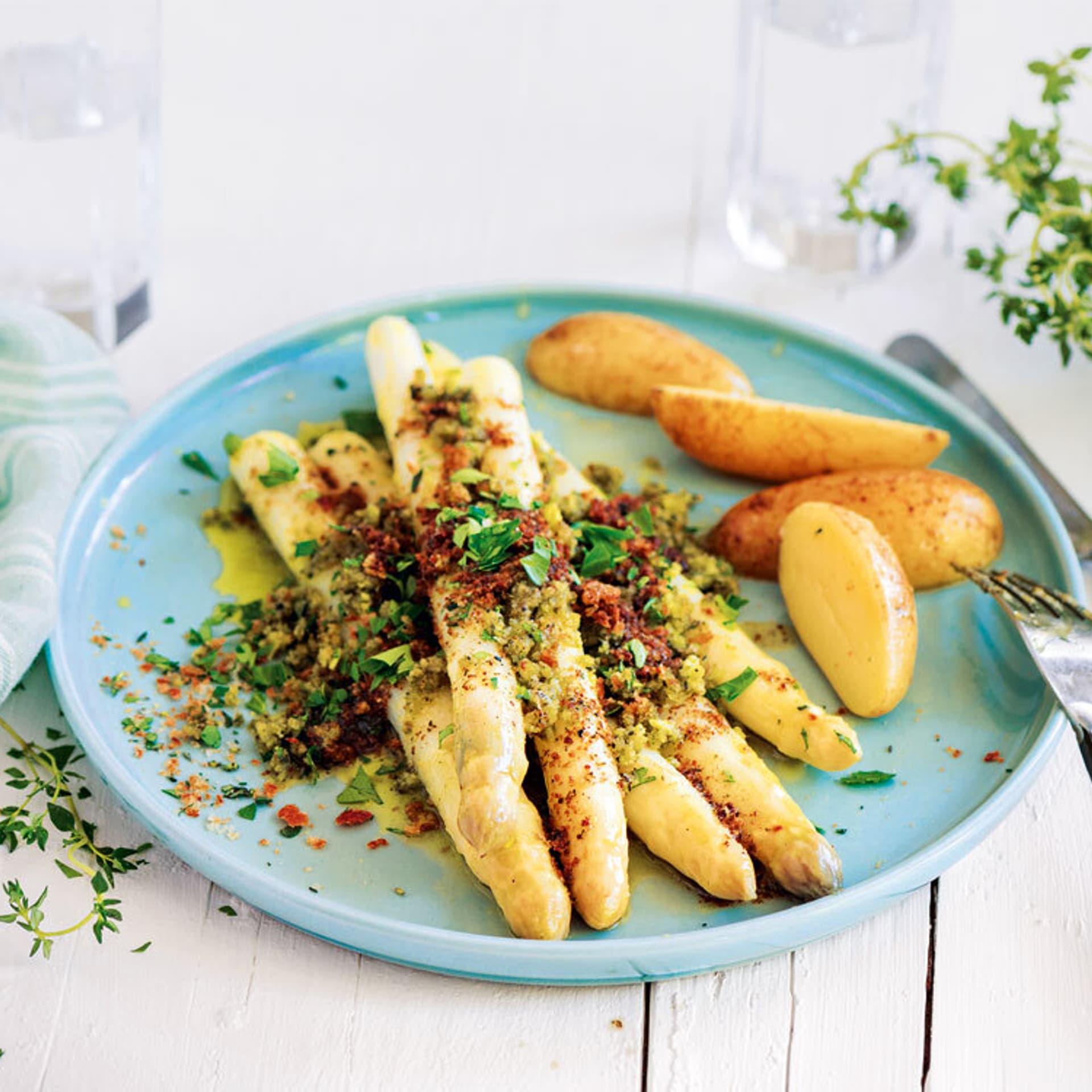 Spargel mit Kräuterkruste und Kartoffeln