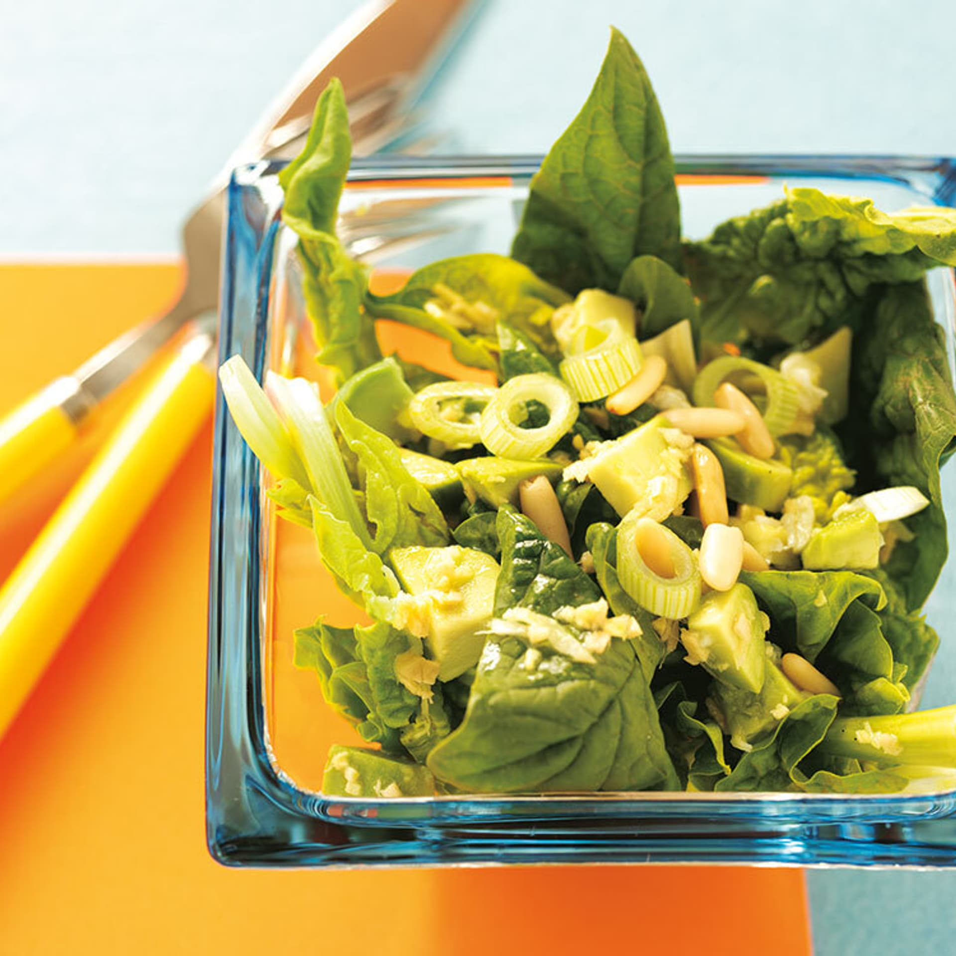 Spinatsalat mit avocado dressing