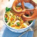 Spitzkohl champignon salat mit salzmandeln und Brezel