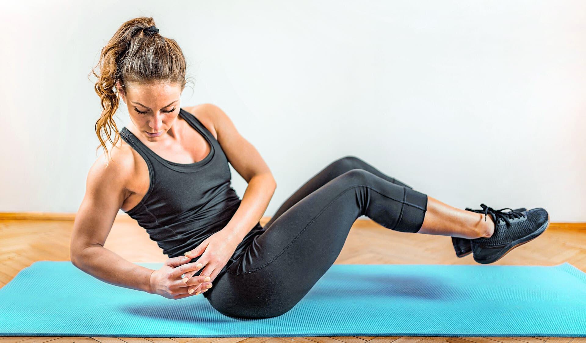 Frau beim Krafttraining mit eigenem Körpergewicht