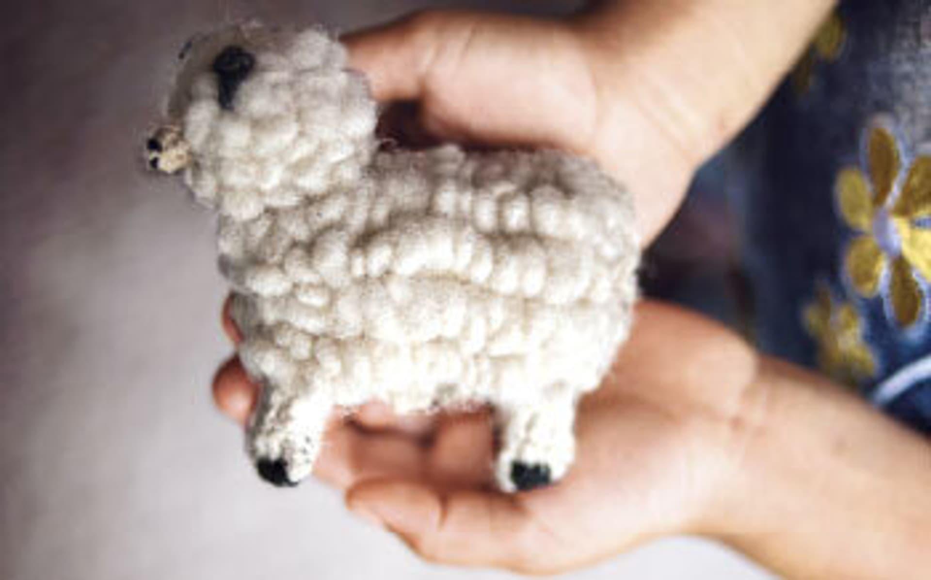 Ein gestricktes Schaf aus Wolle