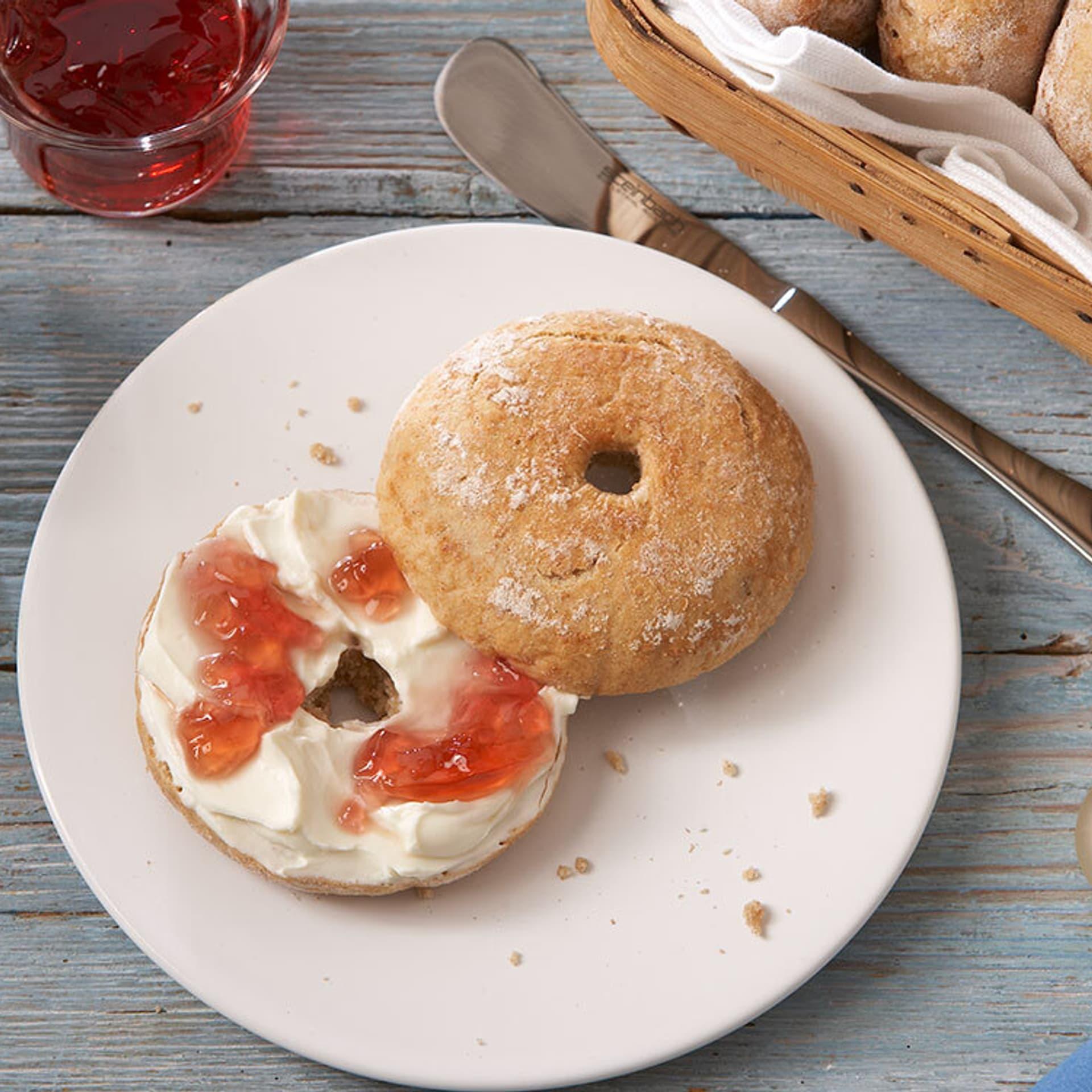 Bagels mit Frischkäse und Marmelade