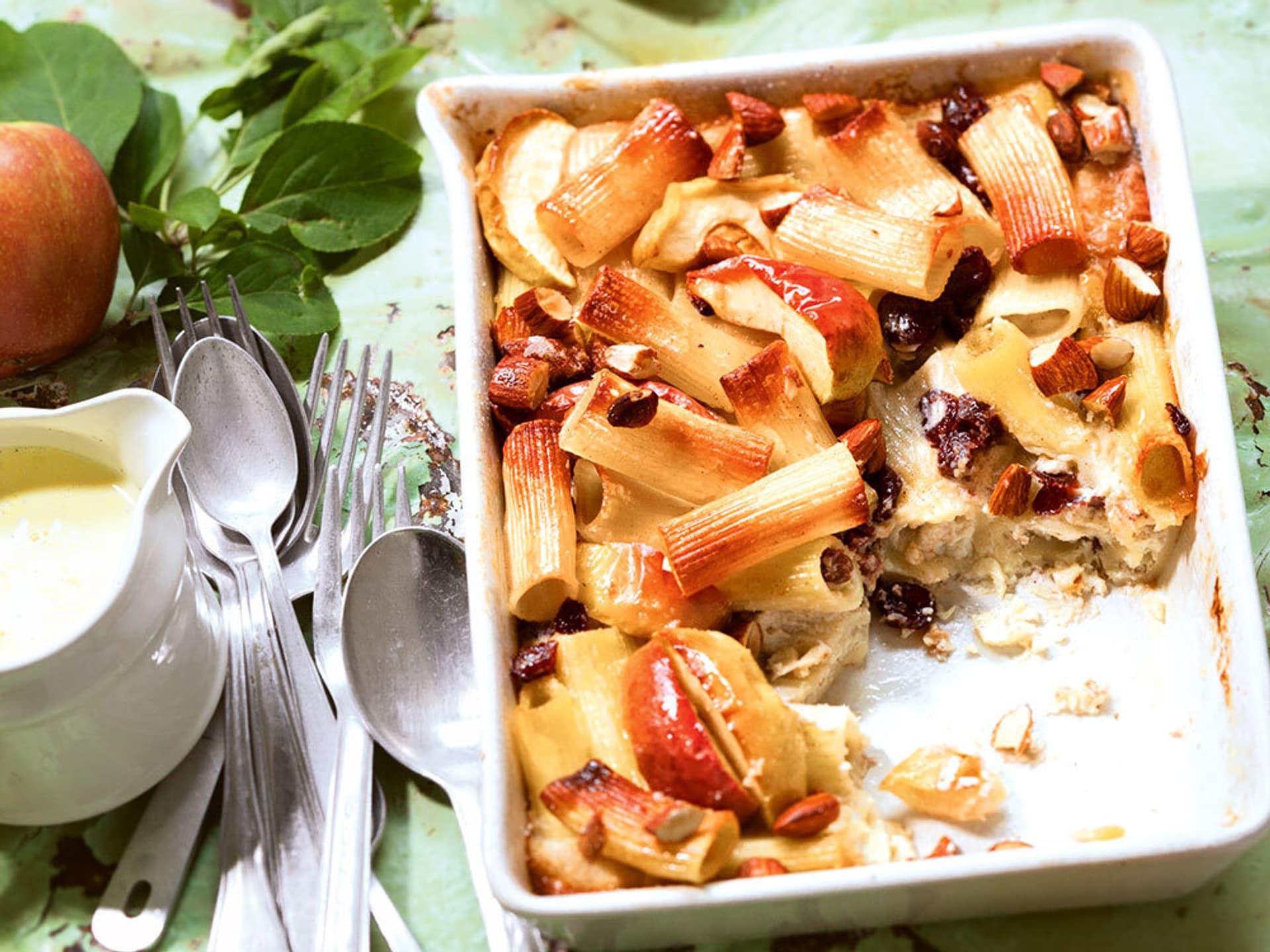 Suesser zimt nudelauflauf mit aepfeln mandeln und cranberrys