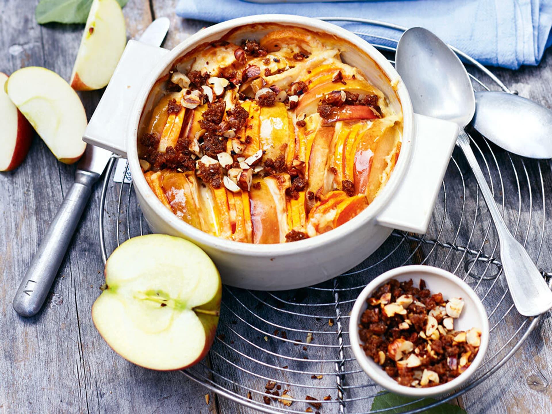 Süßkartoffel-Apfel-Auflauf mit Haselnüssen und Brotbröseln