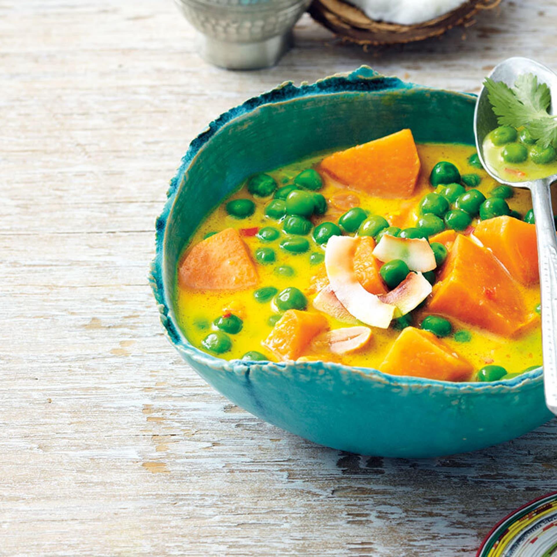 Süßkartoffel-Curry mit Kokos und Erdnüssen