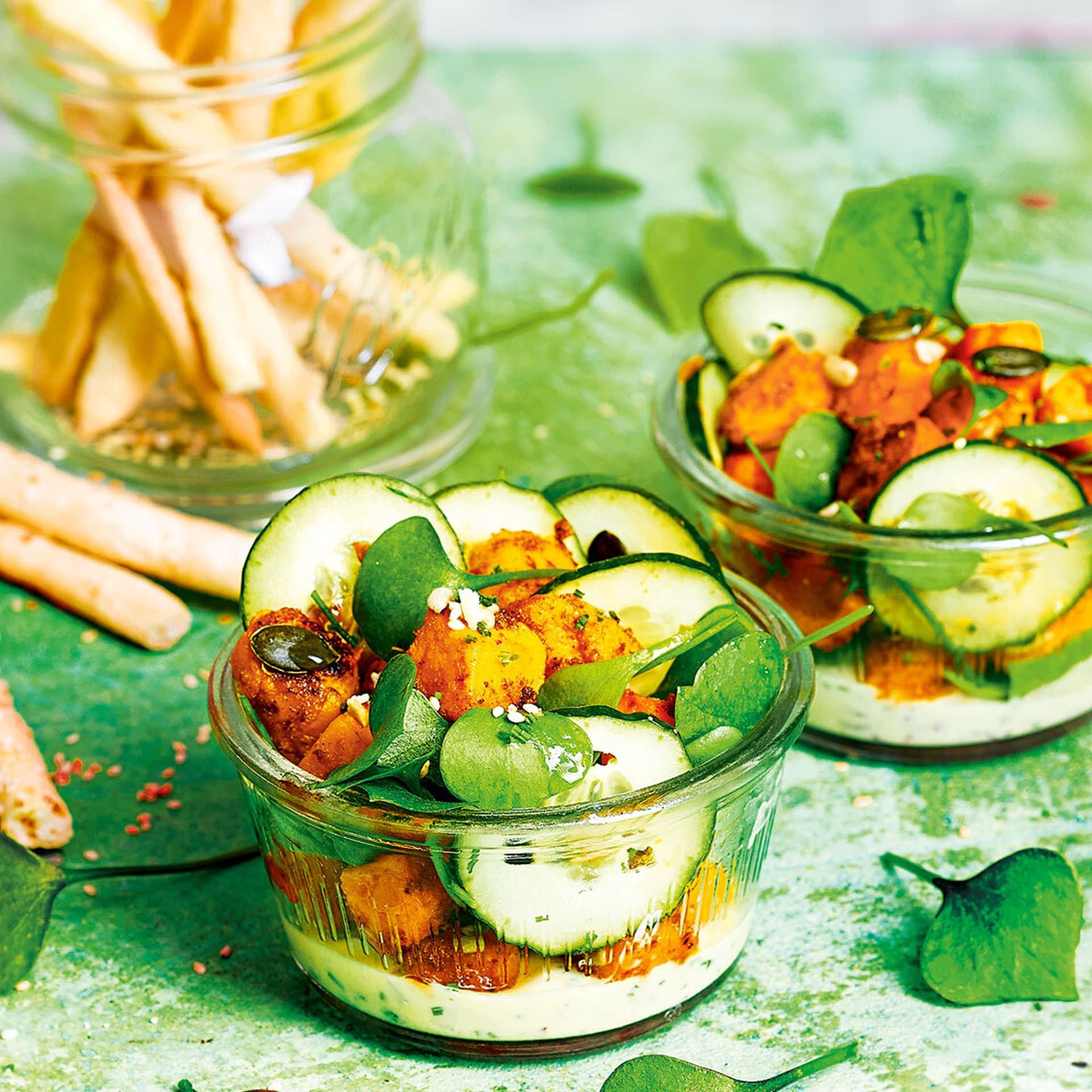 Portulak-Süßkartoffelsalat in Glasschälchen angerichtet