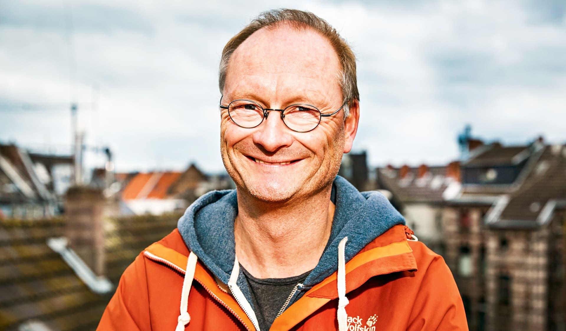 Sven Plöger in orangener Jacke