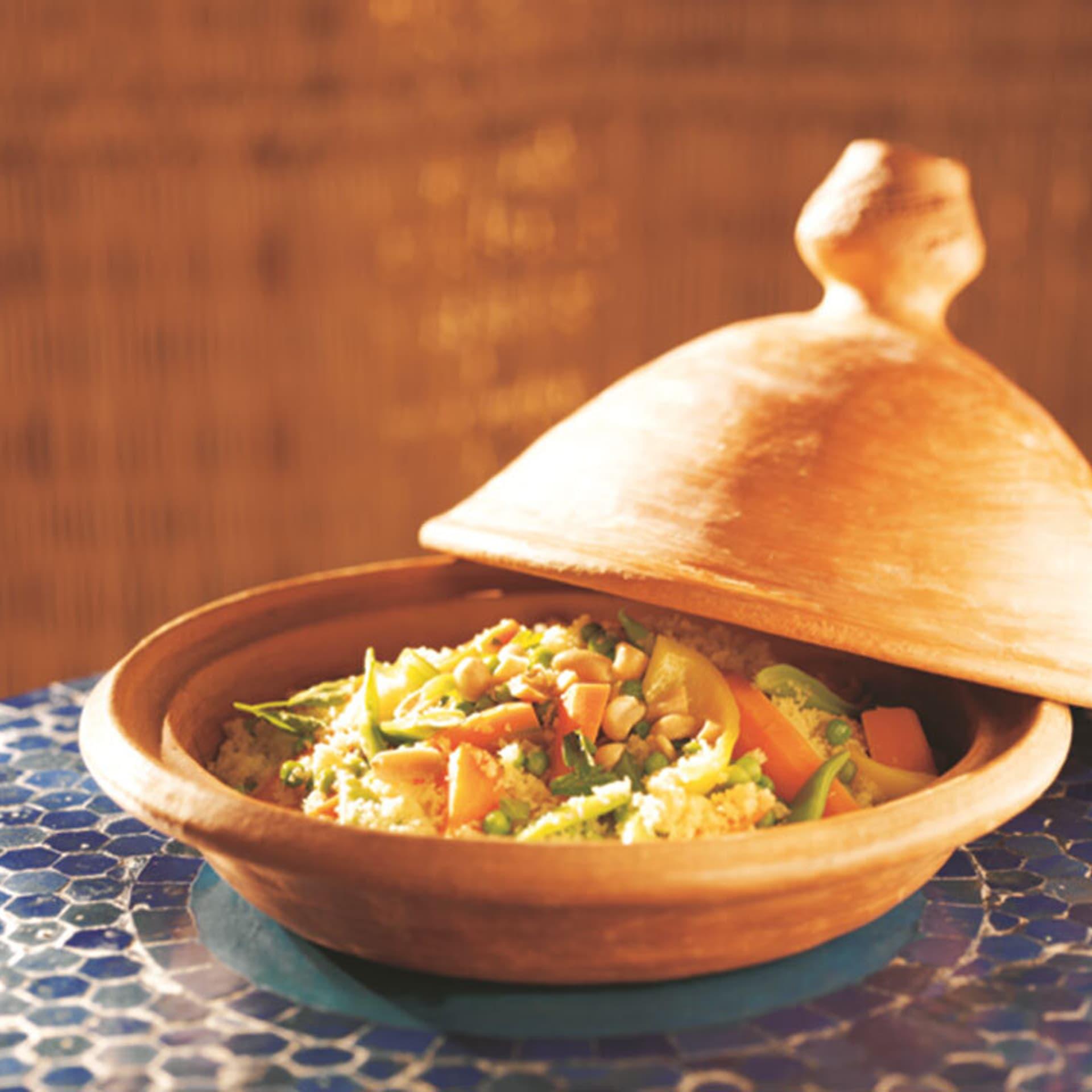 Tajine mit Couscous, Gemüse und Erdnüssen