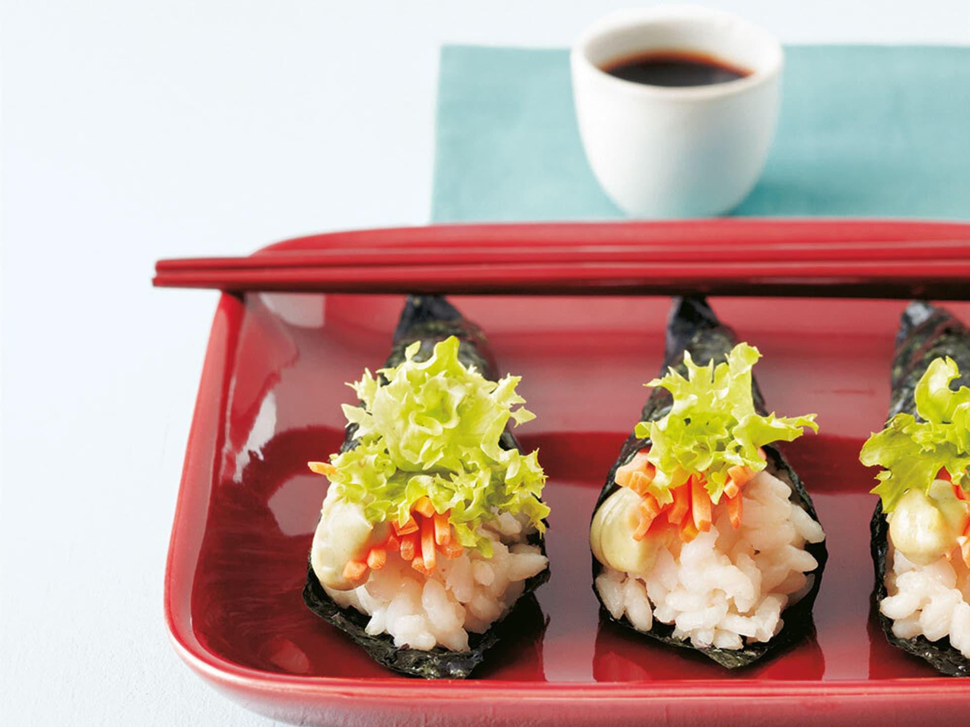 Sushi angerichtet auf rotem Tablett