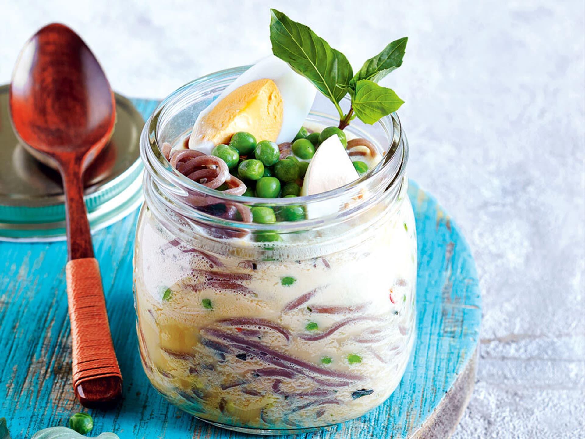 Ein Glas voller Thai-Kokos-Suppe