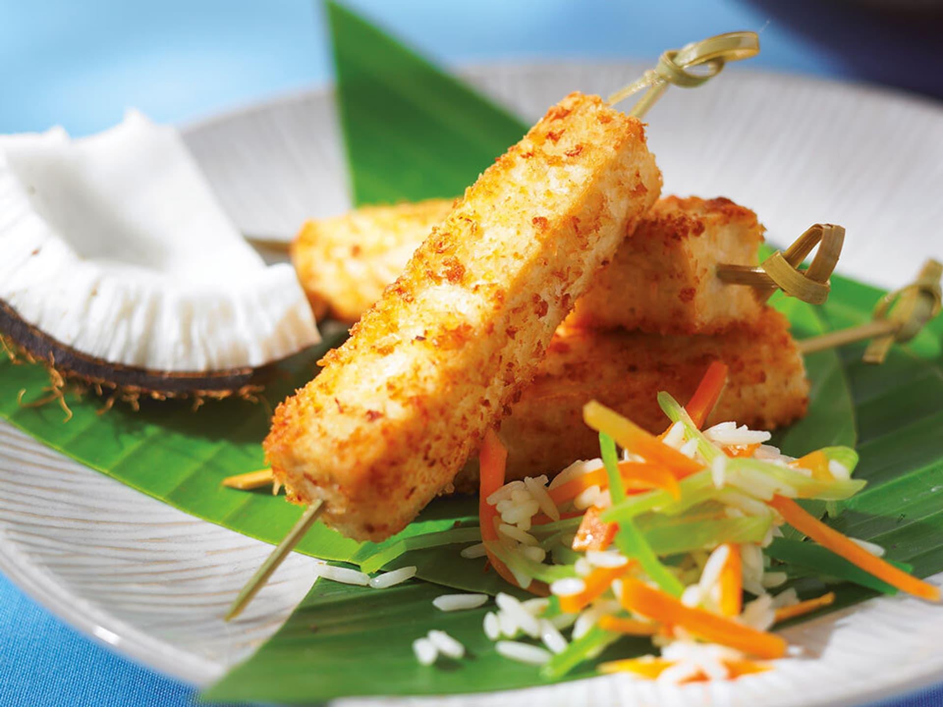 Tofu-Kokosstäbchen auf einem Teller