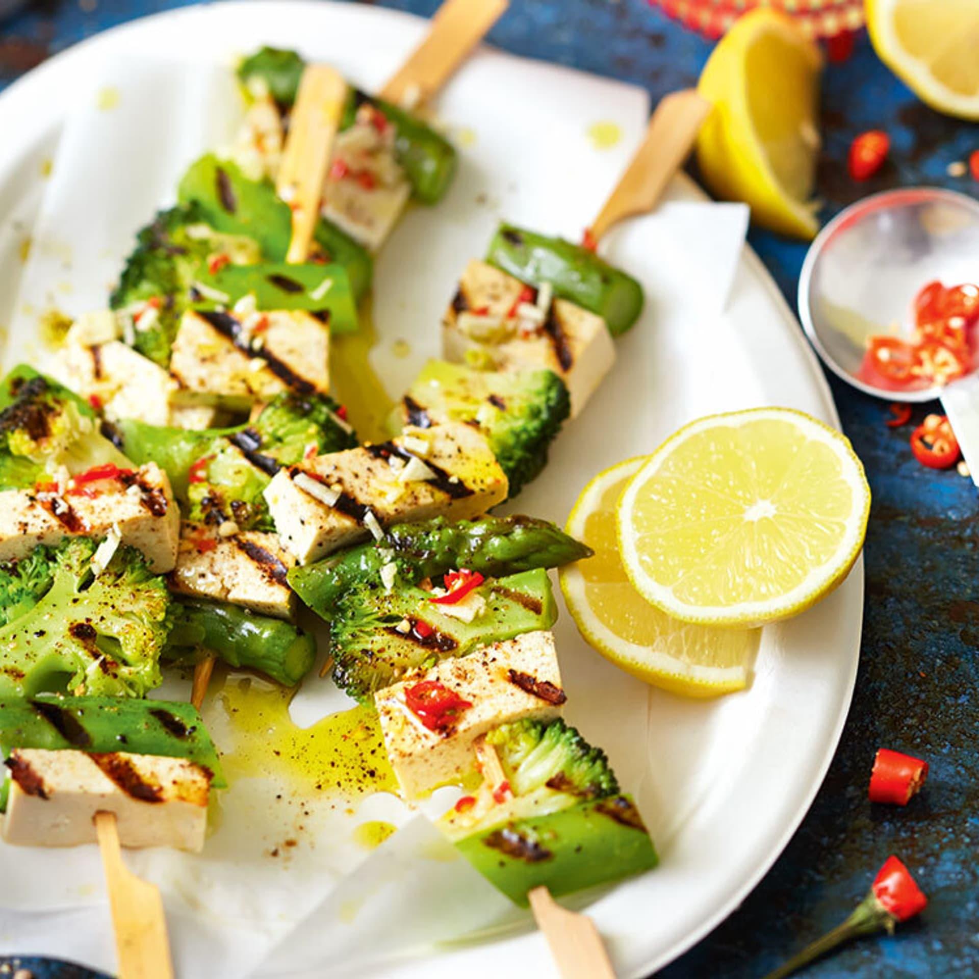 Tofuspiesse mit Spargel und Brokkoli