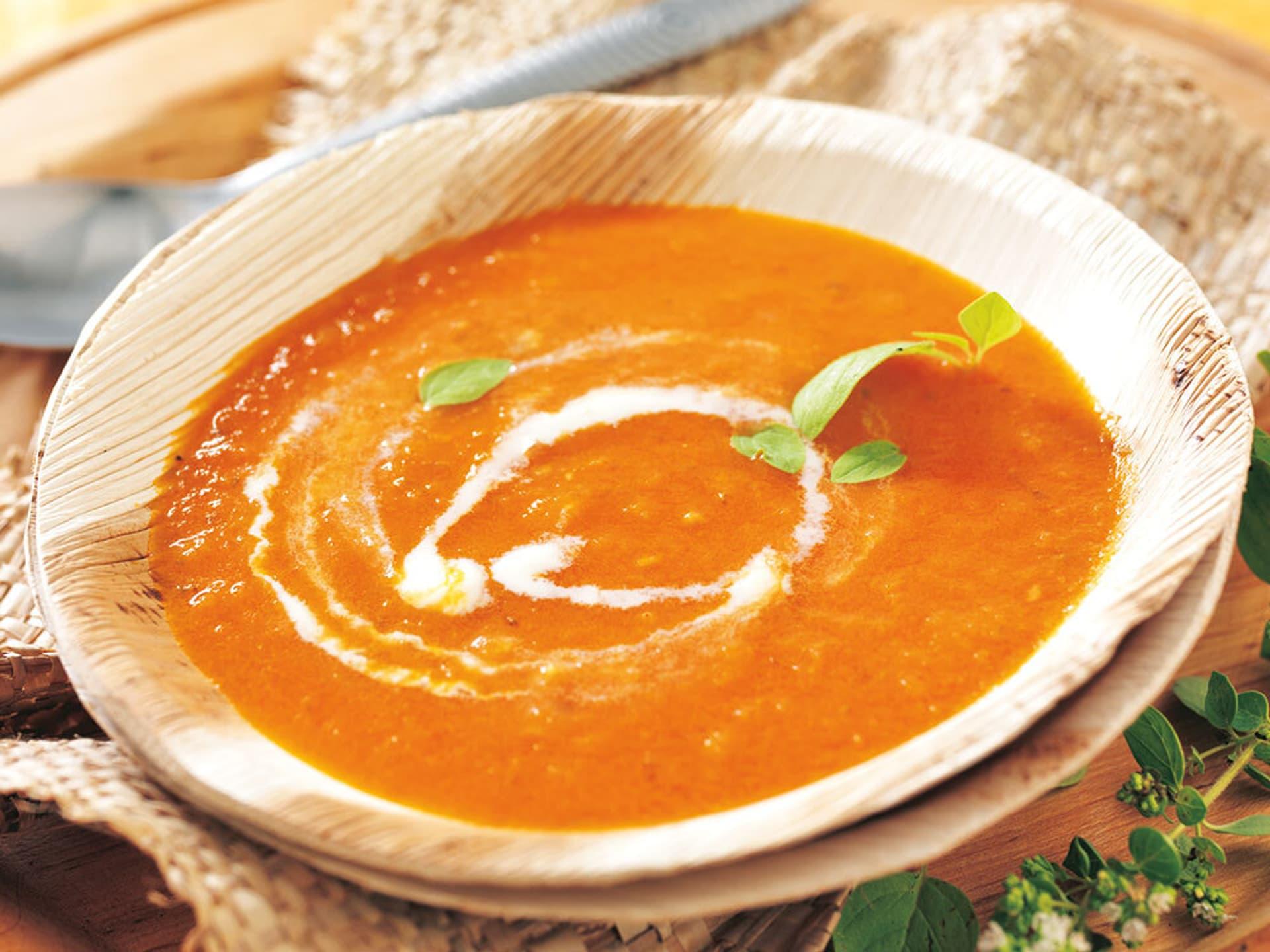 Rote Suppe in einer Holzschüssel