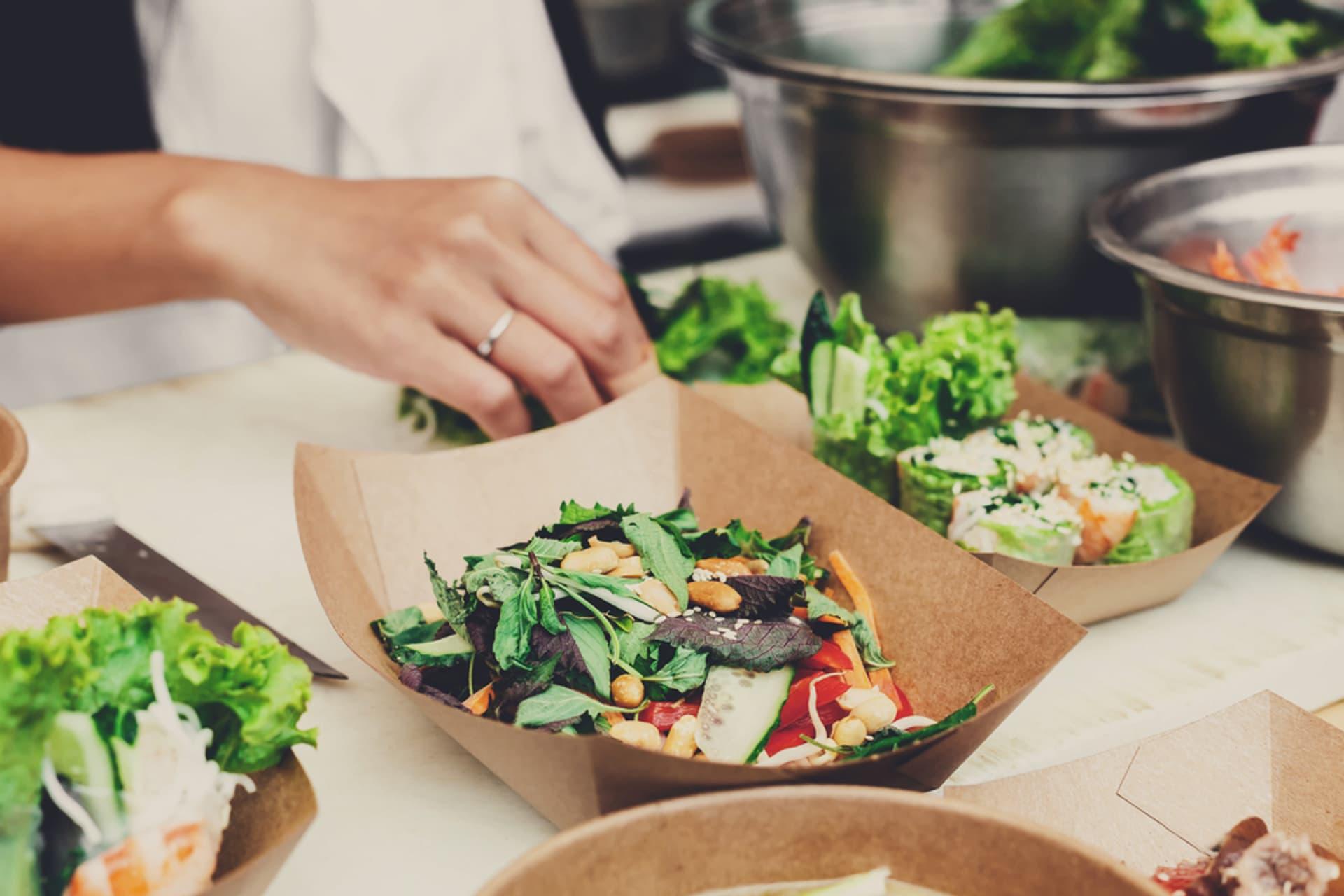 Einweg Geschirr Salat Bistro c Prostock studio shutterstock 651476758