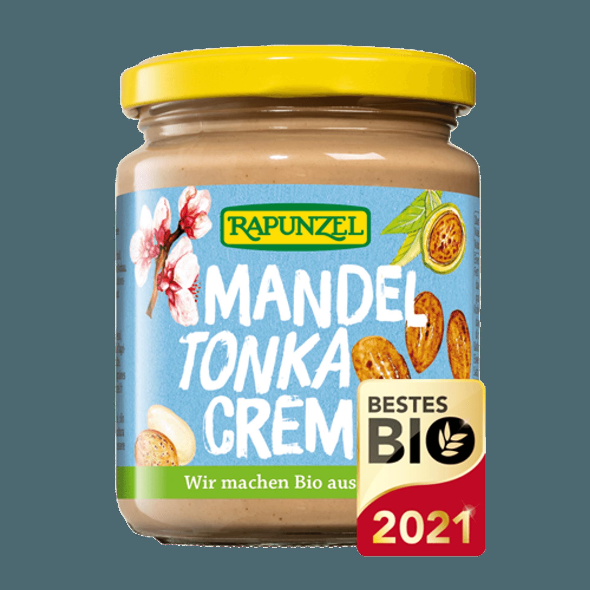 Ein Glas mit Mandel-Tonka-Creme