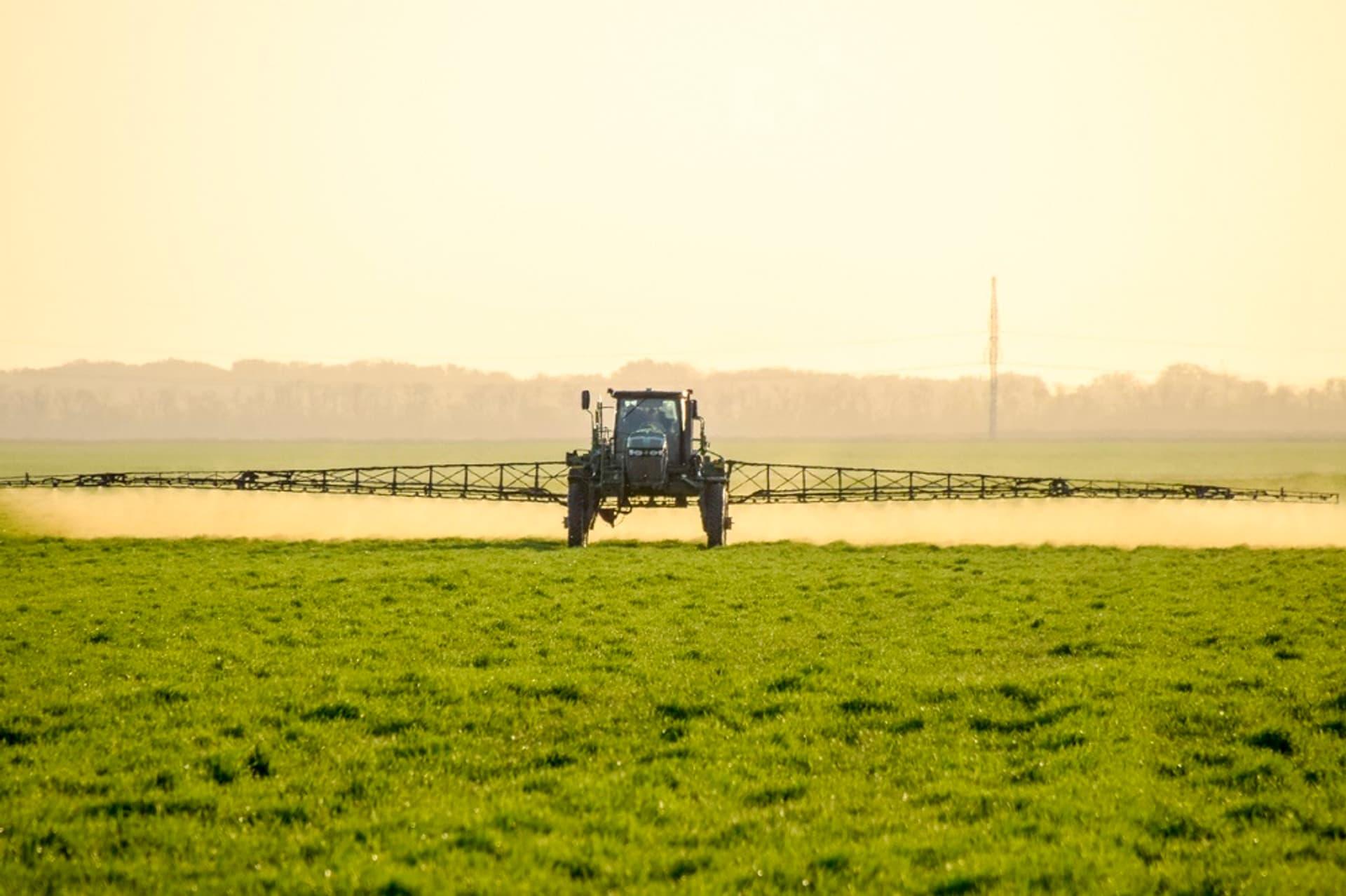 Traktor Feld Glyphosat c i Stock Leonid Eremeychuk 865073856