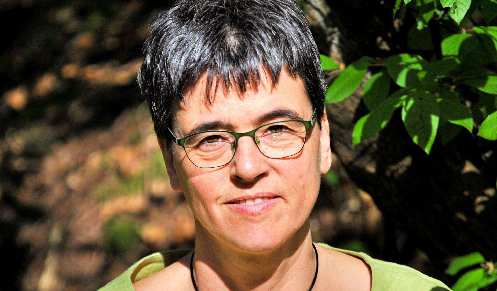 Uta Eser: Frau mit Brille und kurzen schwarzen Haaren