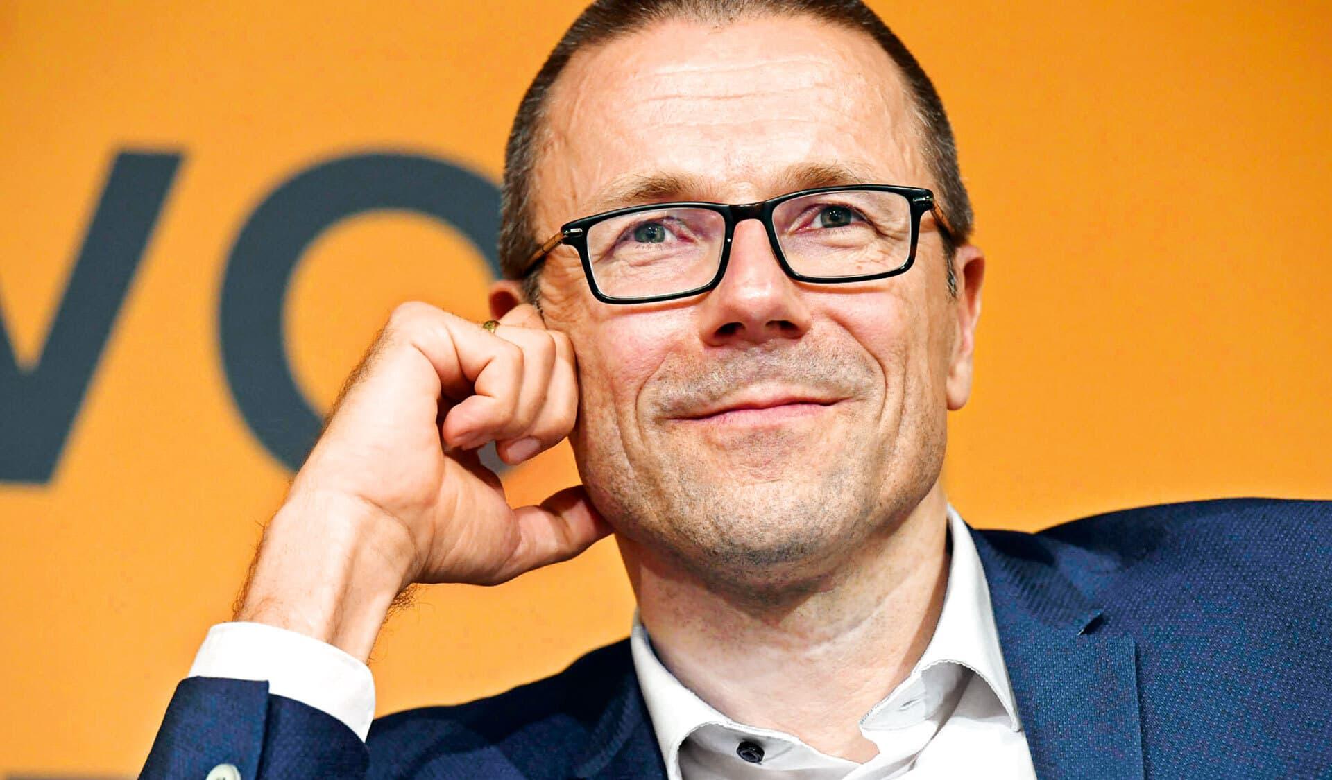 Porträtfoto von Uwe Schneidewind. Er lächelt freundlich.