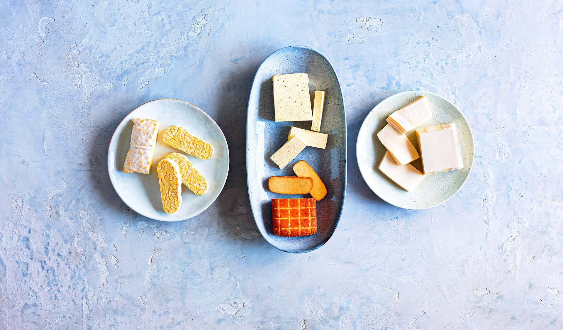 Tofu, Tempeh und Seidentofu in Schälchen angerichtet