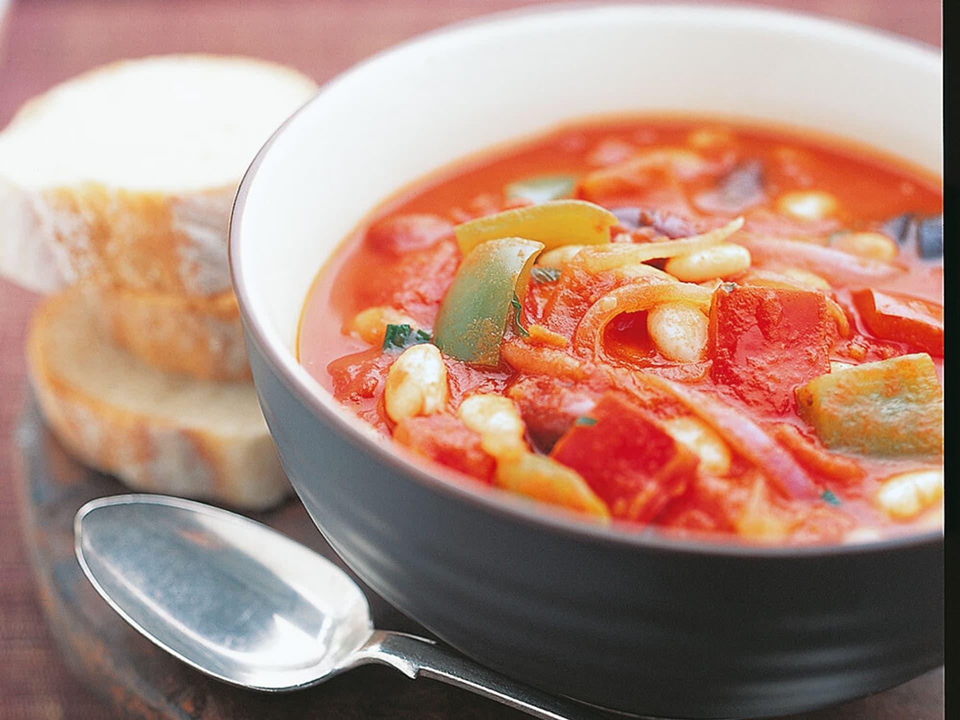 Roter Eintopf mit Paprika und Bohnen