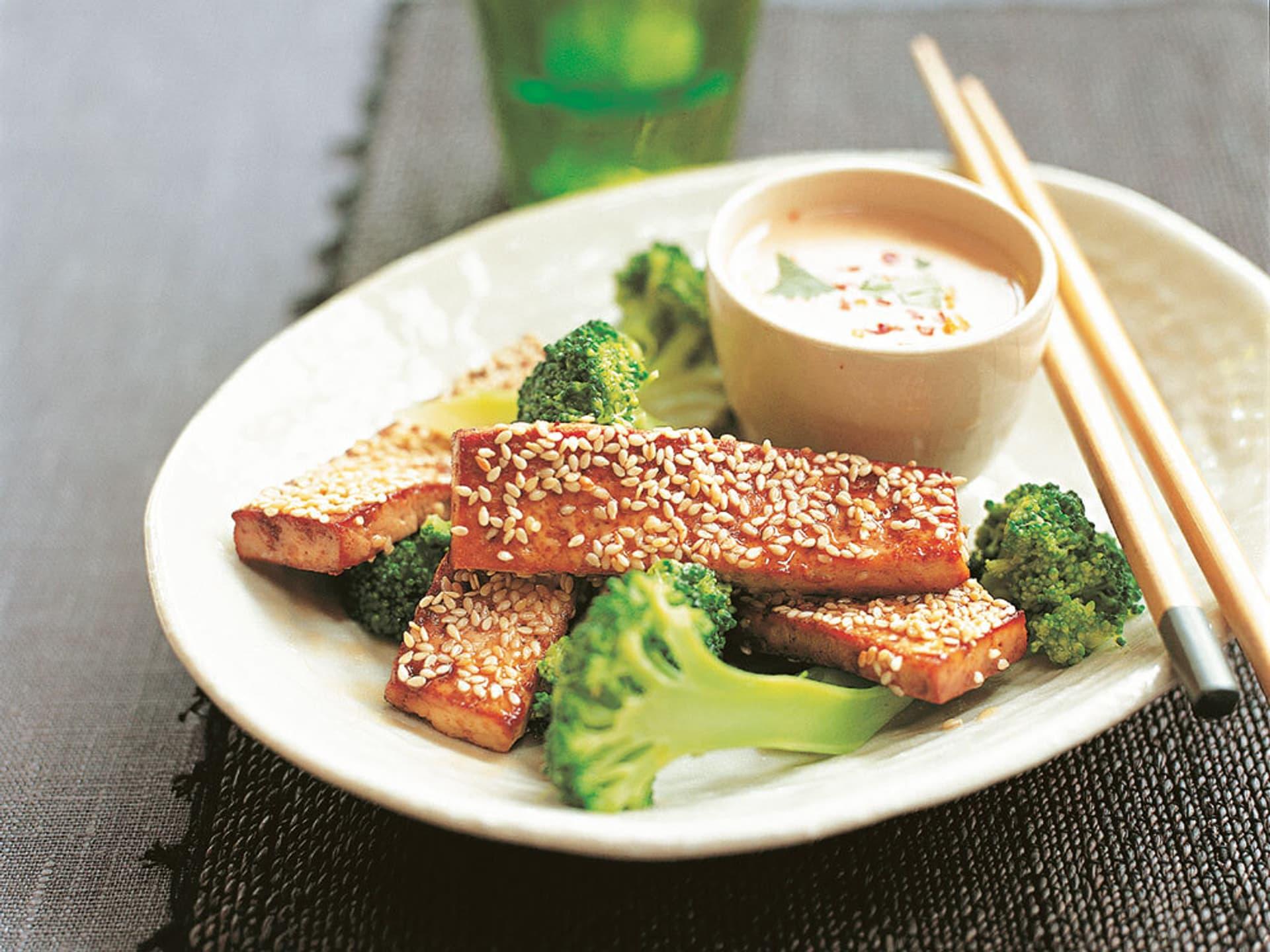 Sesam-Tofu mit Satésoße und Brokkoli
