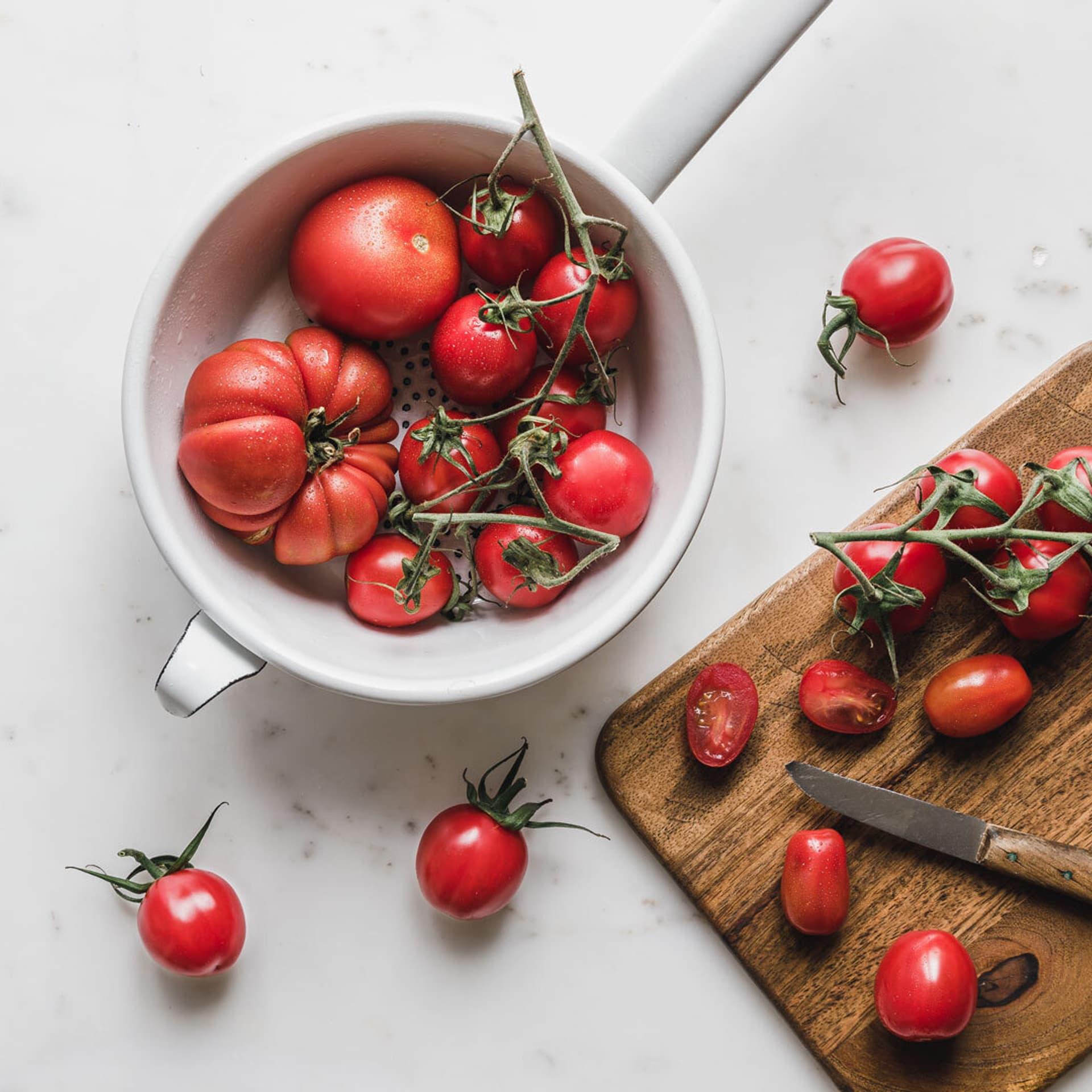 Tomaten auf Brettchen und in Schüssel