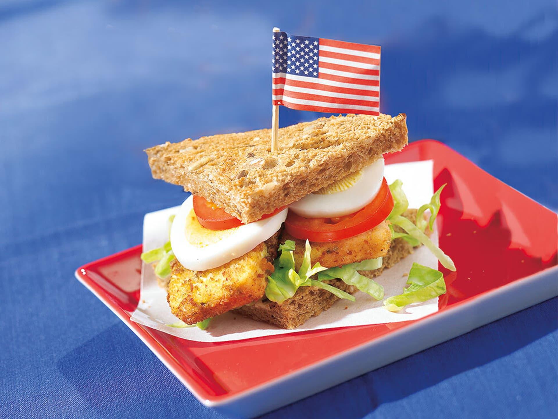 Sandwich, in dem eine kleine amerikanischer Fahne steckt