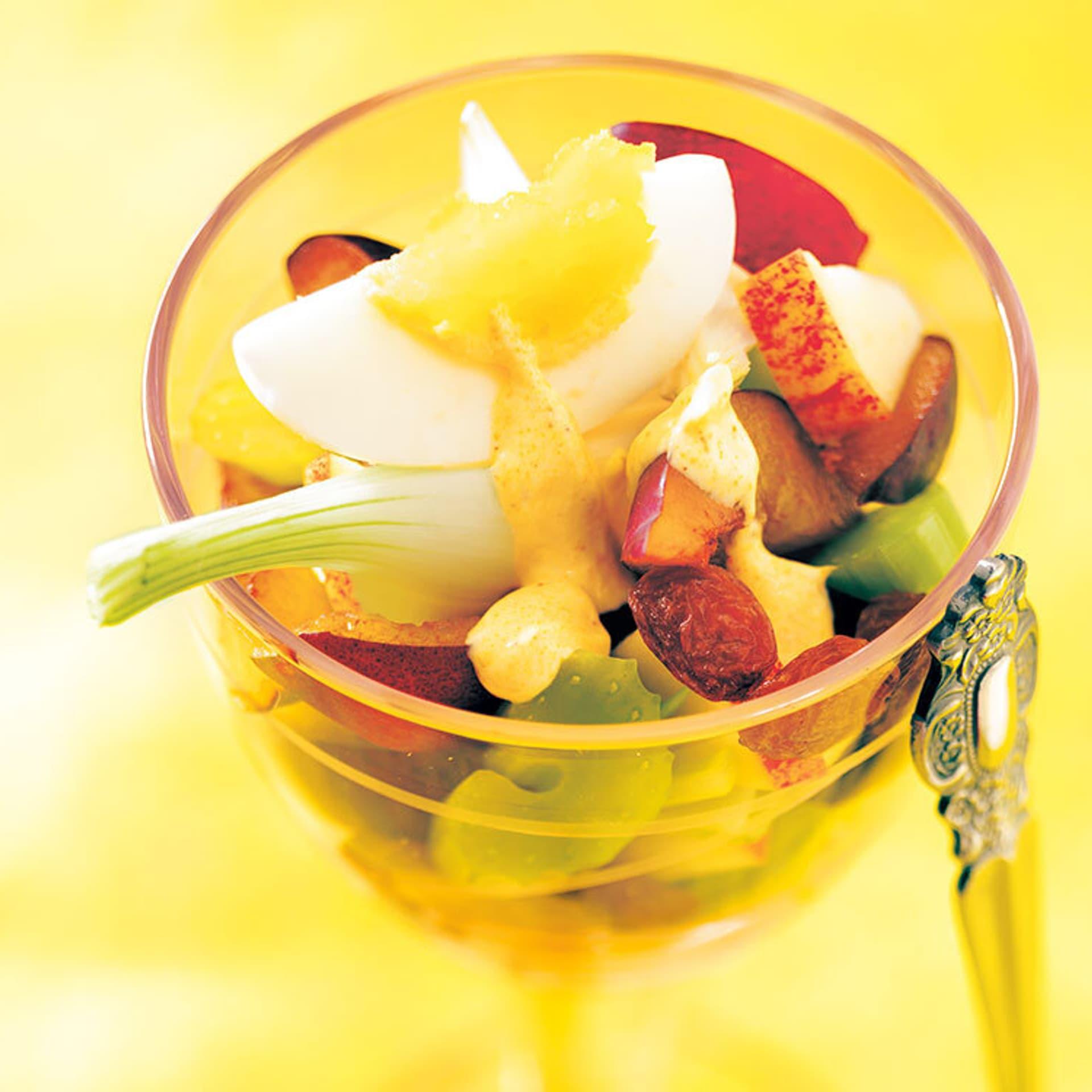 ein Glas mit Gemüse, Obst und einem viertel Ei